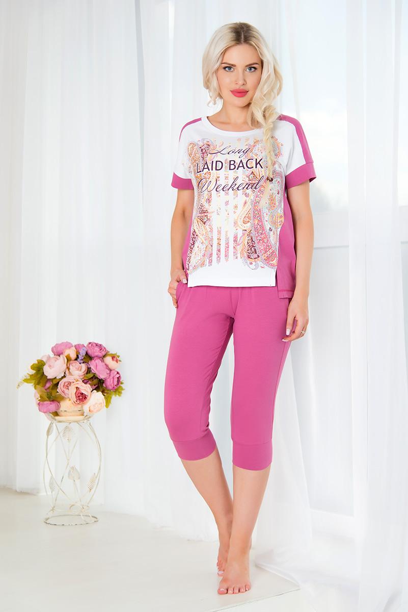 Комплект домашний женский Mia Cara: футболка, бриджи, цвет: лиловый, белый. SS16-MCUZ-659. Размер 54/56SS16-MCUZ-659Женский домашний комплект Mia Cara включает в себя футболку и бриджи. Комплект изготовлен из приятного на ощупь высококачественного эластичного хлопка. Бриджи дополнены широкой эластичной резинкой на поясе, имеют широкие манжеты на брючинах. Спереди расположены два втачных кармана. Изделие украшено вышивкой в виде логотипа бренда.Футболка с короткими цельнокроеными рукавами и круглым вырезом горловины украшена красочным орнаментом и надписью Long Laid-Back Weekend. Российский бренд Mia Cara с итальянским темпераментом воплотил в своей продукции традиционное европейское качество, ультрамодный дизайн и исключительный комфорт.Эксклюзивные авторские принты и набивные рисунки, разработанные дизайнерами из Милана для торговой марки вызывают восхищение и восторг у самых требовательных женщин, ценящих красоту и удобство!Все полотна, использующиеся для производства одежды, изготовлены из высококачественного хлопка, изделия очень мягкие на ощупь и тактильно приятные. В ткань нежно вплетены специальные волокна эластана, которые позволяют создать прилегающий силуэт и обеспечить комфорт. Вся продукция обладает благородными и стойкими цветами, устойчивыми к воздействиям в процессе использования и стирки.Изделия бесконечно долго имеют безупречный внешний вид, не линяют и не растягиваются.Одежда Mia Cara позволит вам всегда выглядеть эффектно и элегантно, и ежедневно радовать себя и близких.