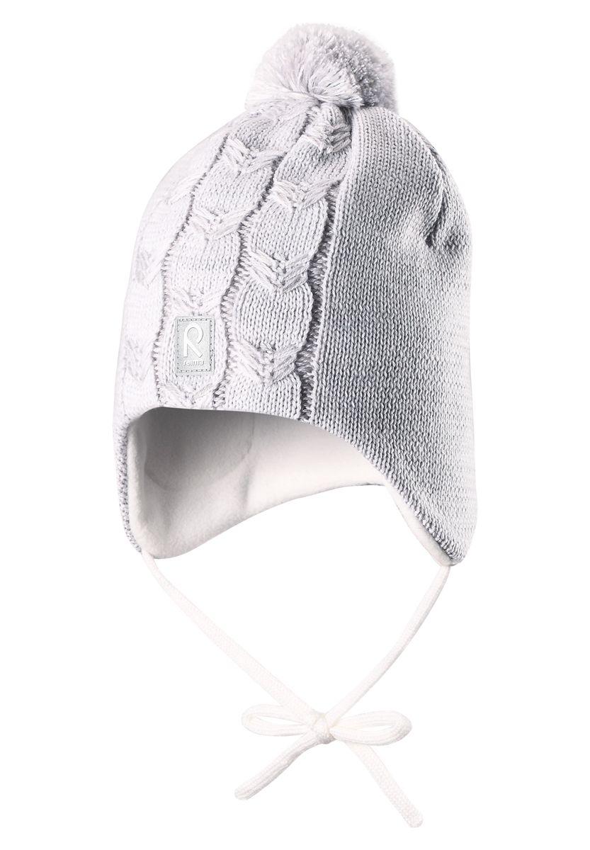 Шапка для девочки Reima Piilossa, цвет: светло-серый. 518365-0110. Размер 46518365_0110Шапка для девочки Reima Piilossa станет отличным дополнением к детскому гардеробу. Изделие изготовлено из натуральной шерсти с подкладкой из мягкого и теплого флиса, что обеспечивает тепло и комфорт. Благодаря эластичной вязке, шапка идеально прилегает к голове ребенка. Шапка с пушистым помпоном оснащена удобными завязками, фиксирующимися под подбородком. По бокам модели предусмотрены ветронепроницаемые вставки, которые защищают маленькие ушки от холодного ветра. Изделие оформлено вязаным узором, спереди украшено светоотражающей нашивкой с логотипом бренда.Оригинальный дизайн и расцветка делают эту шапку стильным предметом детского гардероба. В ней ребенку будет тепло, уютно и комфортно. Уважаемые клиенты!Размер, доступный для заказа, является обхватом головы.