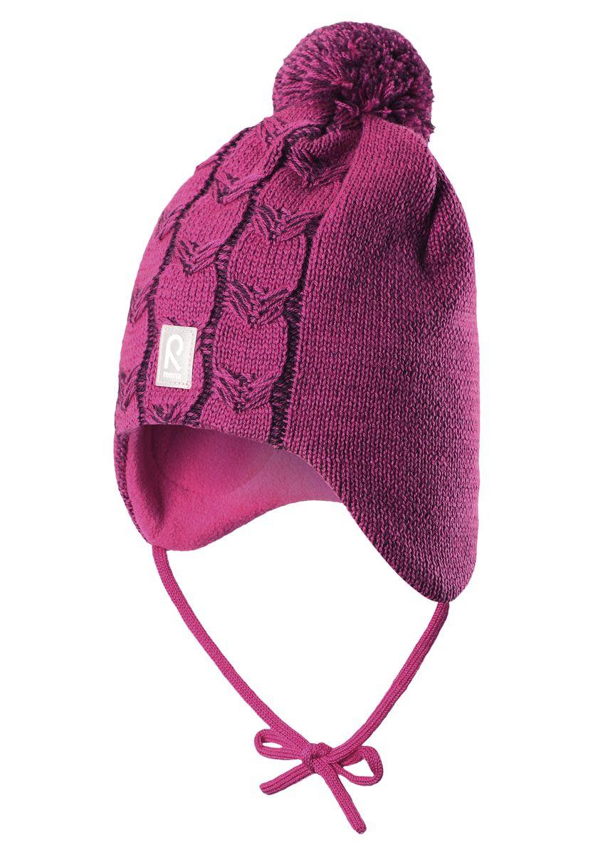 Шапка для девочки Reima Piilossa, цвет: темная фуксия. 518365-4620. Размер 46518365_4620Шапка для девочки Reima Piilossa станет отличным дополнением к детскому гардеробу. Изделие изготовлено из натуральной шерсти с подкладкой из мягкого и теплого флиса, что обеспечивает тепло и комфорт. Благодаря эластичной вязке, шапка идеально прилегает к голове ребенка. Шапка с пушистым помпоном оснащена удобными завязками, фиксирующимися под подбородком. По бокам модели предусмотрены ветронепроницаемые вставки, которые защищают маленькие ушки от холодного ветра. Изделие оформлено вязаным узором, спереди украшено светоотражающей нашивкой с логотипом бренда.Оригинальный дизайн и расцветка делают эту шапку стильным предметом детского гардероба. В ней ребенку будет тепло, уютно и комфортно. Уважаемые клиенты!Размер, доступный для заказа, является обхватом головы.