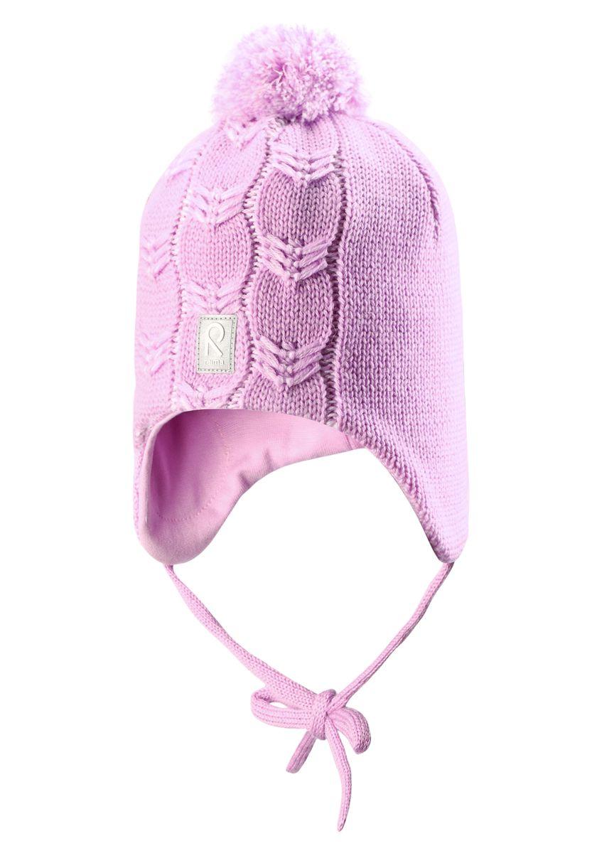 Шапка для девочки Reima Piilossa, цвет: сиреневый. 518365-5000. Размер 46518365_5000Шапка для девочки Reima Piilossa станет отличным дополнением к детскому гардеробу. Изделие изготовлено из натуральной шерсти с подкладкой из мягкого и теплого флиса, что обеспечивает тепло и комфорт. Благодаря эластичной вязке, шапка идеально прилегает к голове ребенка. Шапка с пушистым помпоном оснащена удобными завязками, фиксирующимися под подбородком. По бокам модели предусмотрены ветронепроницаемые вставки, которые защищают маленькие ушки от холодного ветра. Изделие оформлено вязаным узором, спереди украшено светоотражающей нашивкой с логотипом бренда.Оригинальный дизайн и расцветка делают эту шапку стильным предметом детского гардероба. В ней ребенку будет тепло, уютно и комфортно. Уважаемые клиенты!Размер, доступный для заказа, является обхватом головы.