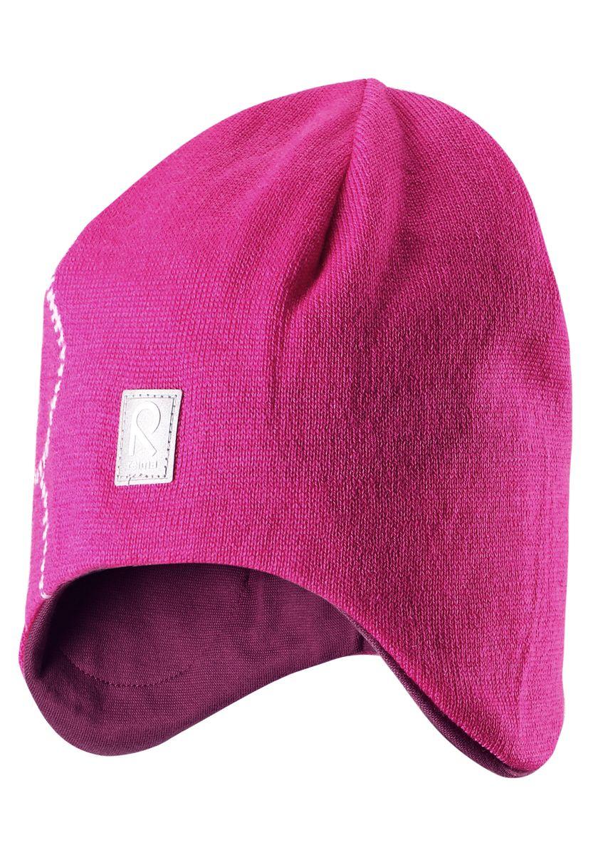 Шапка для девочки Reima Muhkea, цвет: розовый. 528492-4620. Размер 52528492-4620Шерстяная шапка - главный выбор маленьких принцесс для холодных зимних дней! Теплая шерстяная шапка на подкладке из эластичного хлопчатобумажного трикотажа очень удобно носится. Модель защищает ушки и лоб, а ветронепроницаемые вставки в области ушей обеспечивают дополнительную защиту от холодного ветра. Красивый жаккардовый узор добавляет изюминку этому образу. Светоотражающая деталь обеспечивает видимость в темноте.
