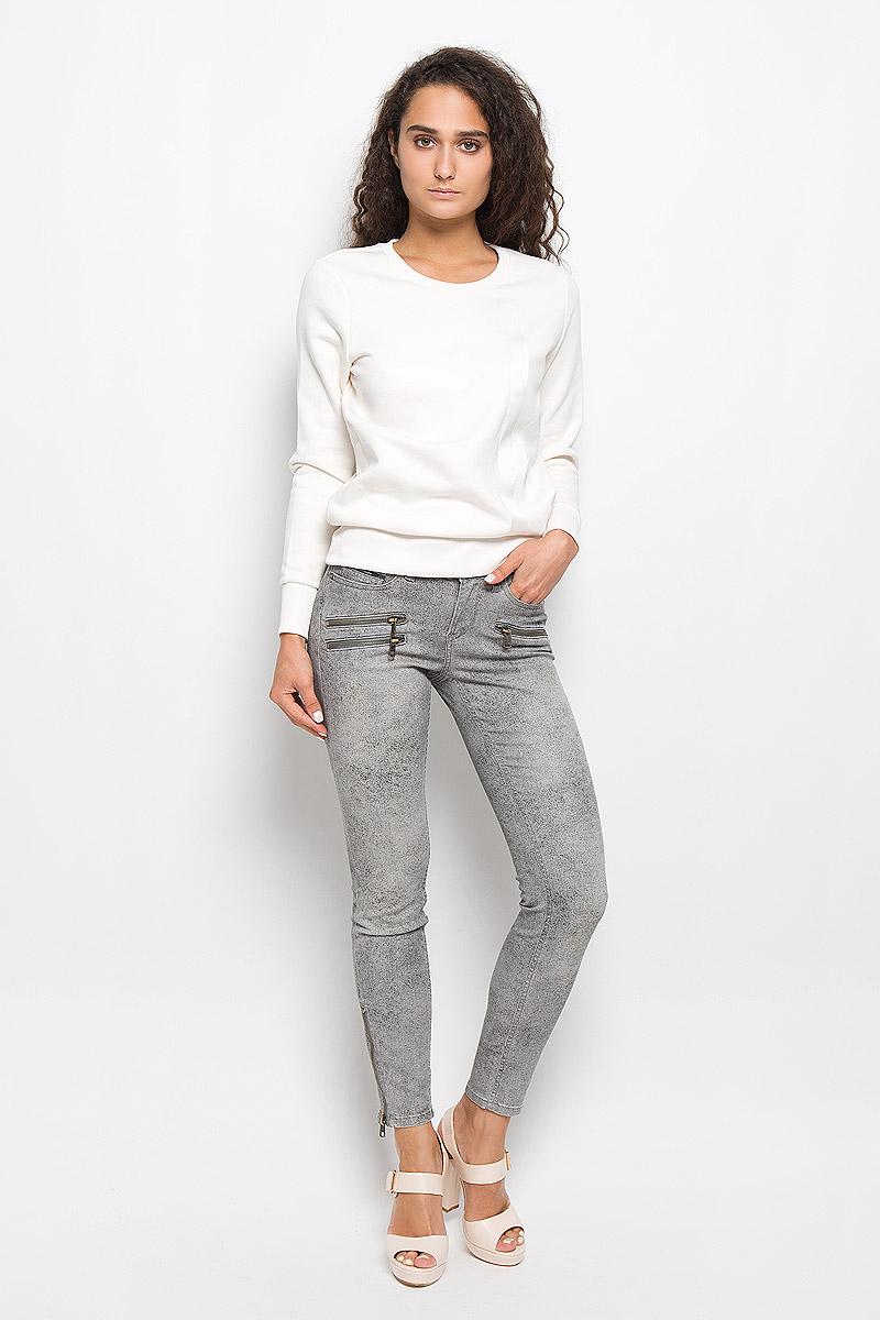Брюки женские Calvin Klein Jeans, цвет: серый. J20J200063. Размер 26 (42)AJ3316Стильные женские брюки Calvin Klein Jeans изготовлены из эластичного хлопка с добавлением полиэстера. Они мягкие и приятные на ощупь, не стесняют движений и хорошо пропускают воздух, обеспечивая комфорт при носке.Укороченные брюки-скинни застегиваются на металлическую пуговицу и имеют ширинку на застежке-молнии. На поясе предусмотрены шлевки для ремня. Спереди расположены два втачных кармана и один маленький накладной, сзади - два накладных кармана. На брючинах снизу имеются застежки-молнии. Модель оформлена мелким принтом, украшена спереди имитацией прорезных карманов на застежках-молниях.Высокое качество кроя и пошива, актуальный дизайн и расцветка придают изделию неповторимый стиль и индивидуальность. Брюки займут достойное место в вашем гардеробе!