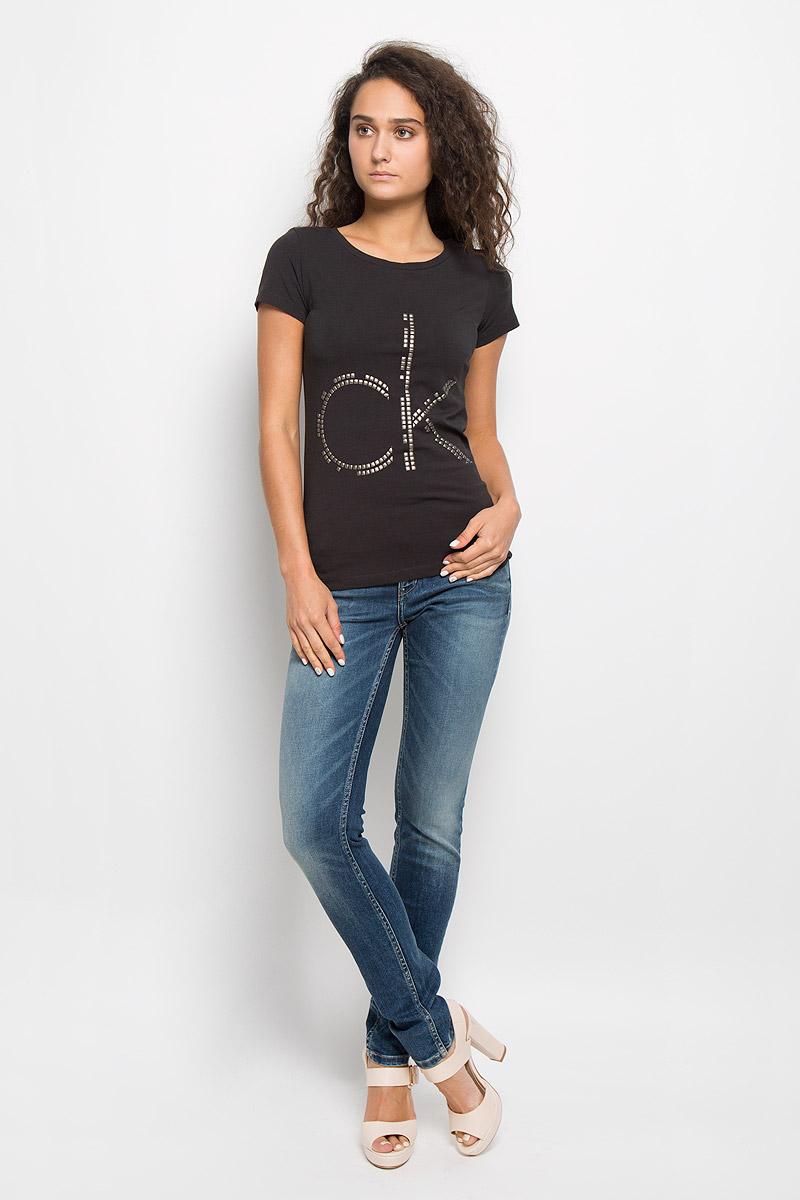 Футболка женская Calvin Klein Jeans, цвет: черный. J20J200544. Размер XL (50/52)J20J200544Модная женская футболка Calvin Klein Jeans изготовлена из эластичного хлопка. Материал изделия мягкий, тактильно приятный, не сковывает движения и хорошо пропускает воздух, обеспечивая комфорт при носке.Футболка с круглым вырезом горловины и короткими рукавами имеет полуприлегающий силуэт. Изделие оформлено аппликацией в виде фирменного логотипа. Сзади на плечевом шве находится принтовая надпись, содержащая название бренда. Высокое качество, актуальный дизайн и расцветка придают изделию неповторимый стиль и индивидуальность. Футболка займет достойное место в вашем гардеробе!
