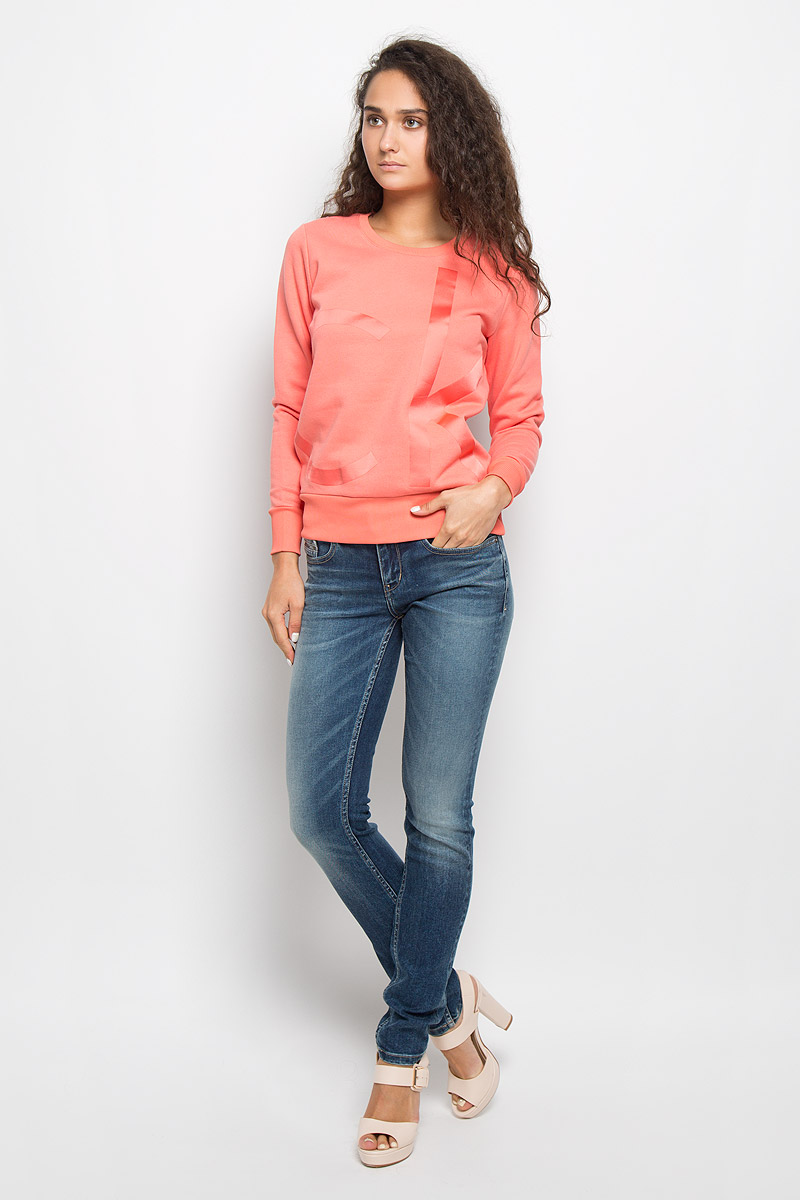 Свитшот женский Calvin Klein Jeans, цвет: коралловый. J20J201008. Размер S (42)J20J200544Женский свитшот Calvin Klein Jeans, выполненный из хлопка с добавлением полиэстера, станет идеальным вариантом для создания образа в стиле Casual. Материал необычайно мягкий и тактильно приятный, не сковывает движения и хорошо вентилируется. Лицевая сторона изделия гладкая, изнаночная с теплым начесом. Модель с круглым вырезом горловины и длинными рукавами оформлена спереди крупной термоаппликацией в виде логотипа бренда. Вырез горловины и низ свитшота дополнены трикотажными резинками. На рукавах предусмотрены широкие манжеты. Изделие украшено небольшой фирменной металлической пластиной. Высокое качество, актуальный дизайн и расцветка придают изделию неповторимый стиль и индивидуальность. Свитшот займет достойное место в вашем гардеробе!