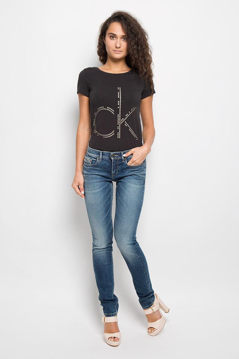 Джинсы женские Calvin Klein Jeans, цвет: голубой. J20J200413. Размер 28 (42/44)W8077Q8RJЖенские джинсы Calvin Klein Jeans изготовлены из эластичного хлопка. Они мягкие и приятные на ощупь, не стесняют движений и позволяют коже дышать, обеспечивая комфорт при носке.Джинсы-скинни застегиваются на металлическую пуговицу и имеют ширинку на застежке-молнии. На поясе предусмотрены шлевки для ремня. Спереди расположены два втачных кармана и один маленький накладной, сзади - два накладных кармана. Модель оформлена эффектом потертости, перманентными складками и прострочкой.Высокое качество кроя и пошива, актуальный дизайн и расцветка придают изделию неповторимый стиль и индивидуальность. Джинсы займут достойное место в вашем гардеробе!