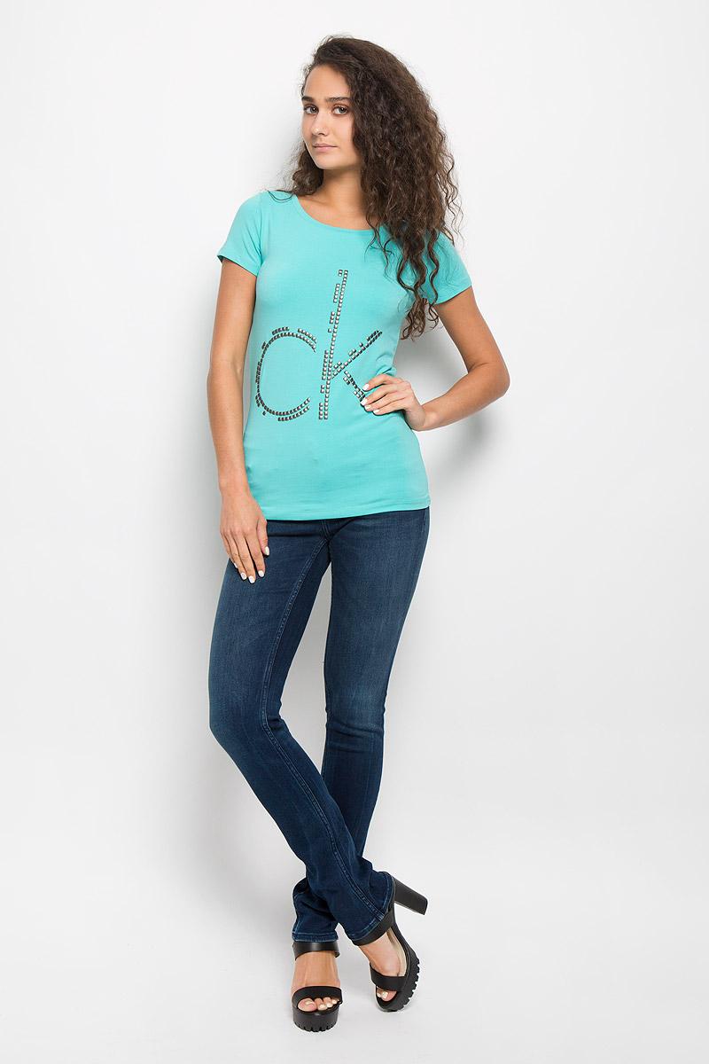Футболка женская Calvin Klein Jeans, цвет: бирюзовый. J20J200544. Размер S (42/44)J20J200544Модная женская футболка Calvin Klein Jeans изготовлена из эластичного хлопка. Материал изделия мягкий, тактильно приятный, не сковывает движения и хорошо пропускает воздух, обеспечивая комфорт при носке.Футболка с круглым вырезом горловины и короткими рукавами имеет полуприлегающий силуэт. Изделие оформлено аппликацией в виде фирменного логотипа. Сзади на плечевом шве находится принтовая надпись, содержащая название бренда. Высокое качество, актуальный дизайн и расцветка придают изделию неповторимый стиль и индивидуальность. Футболка займет достойное место в вашем гардеробе!