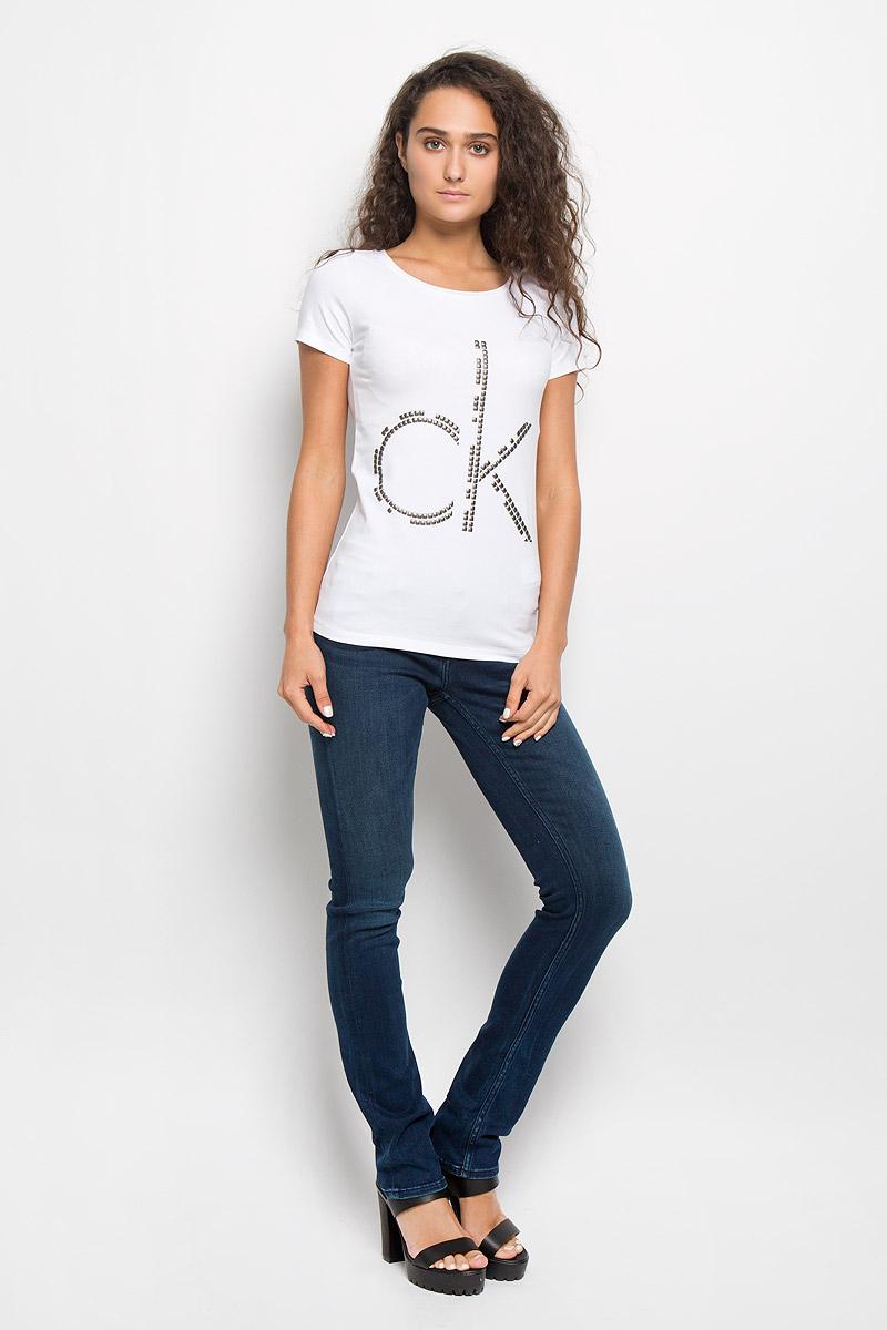 Футболка женская Calvin Klein Jeans, цвет: белый. J20J200544. Размер S (42)SPO2856BIМодная женская футболка Calvin Klein Jeans изготовлена из эластичного хлопка. Материал изделия мягкий, тактильно приятный, не сковывает движения и хорошо пропускает воздух, обеспечивая комфорт при носке.Футболка с круглым вырезом горловины и короткими рукавами имеет полуприлегающий силуэт. Изделие оформлено аппликацией в виде фирменного логотипа. Сзади на плечевом шве находится принтовая надпись, содержащая название бренда. Высокое качество, актуальный дизайн и расцветка придают изделию неповторимый стиль и индивидуальность. Футболка займет достойное место в вашем гардеробе!