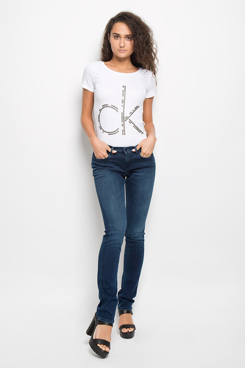 Джинсы женские Calvin Klein Jeans, цвет: темно-синий. J20J200953. Размер 30 (46/48)AJ6239Женские джинсы Calvin Klein Jeans изготовлены из эластичного хлопка с добавлением полиэстера. Они мягкие и приятные на ощупь, не стесняют движений и позволяют коже дышать, обеспечивая комфорт при носке.Джинсы-слим застегиваются на металлическую пуговицу и имеют ширинку на застежке-молнии. На поясе предусмотрены шлевки для ремня. Спереди расположены два втачных кармана и один маленький накладной, сзади - два накладных кармана. Модель оформлена легким эффектом потертости и перманентными складками.Высокое качество кроя и пошива, актуальный дизайн и расцветка придают изделию неповторимый стиль и индивидуальность. Джинсы займут достойное место в вашем гардеробе!