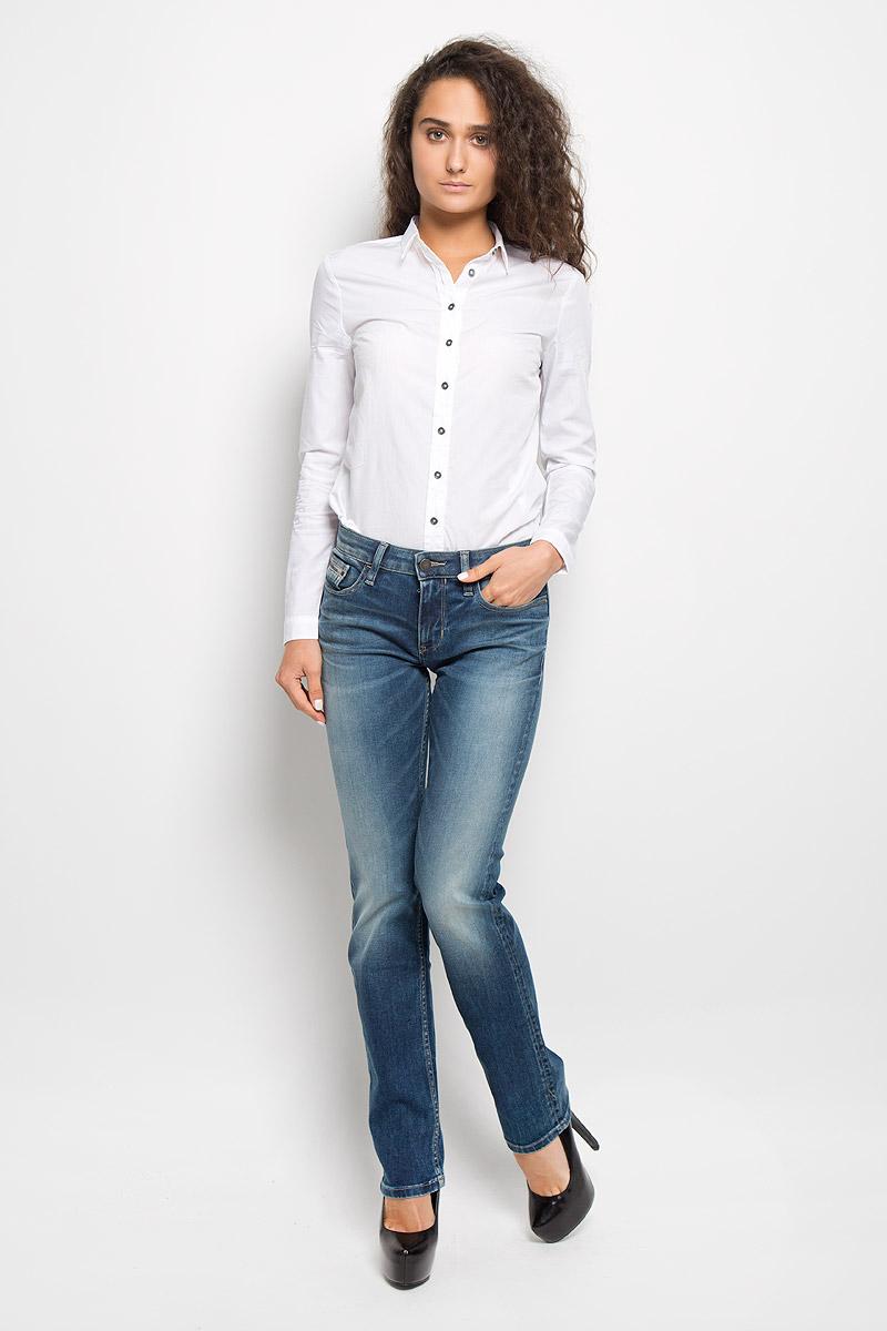 Джинсы женские Calvin Klein Jeans, цвет: синий. J20J200957. Размер 30 (48)AY8112Женские джинсы Calvin Klein Jeans изготовлены из эластичного хлопка. Они мягкие и приятные на ощупь, не стесняют движений и позволяют коже дышать, обеспечивая комфорт при носке.Прямые джинсы застегиваются на металлическую пуговицу и имеют ширинку на застежке-молнии. На поясе предусмотрены шлевки для ремня. Спереди расположены два втачных кармана и один маленький накладной, сзади - два накладных кармана. Модель оформлена эффектом потертости, перманентными складками и прострочкой.Высокое качество кроя и пошива, актуальный дизайн и расцветка придают изделию неповторимый стиль и индивидуальность. Джинсы займут достойное место в вашем гардеробе!