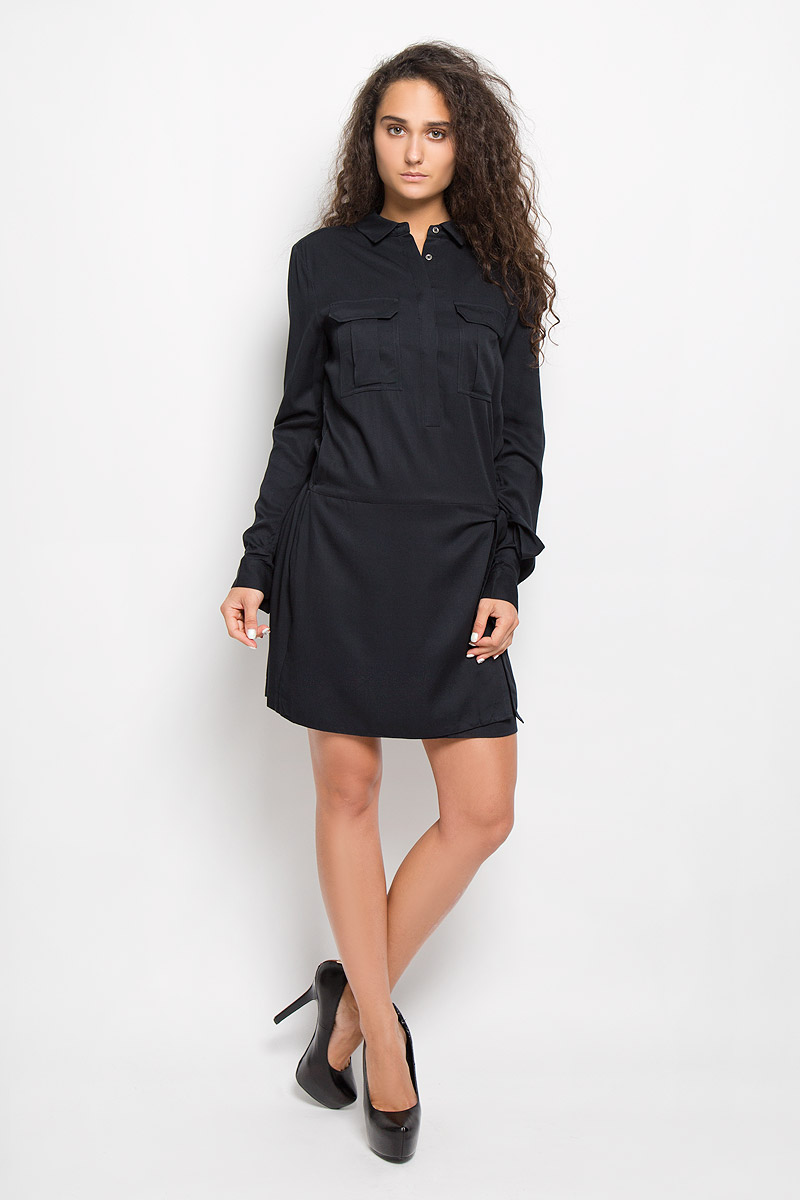 Платье Calvin Klein Jeans, цвет: черный. J20J200369. Размер S (42)J20J200369Платье Calvin Klein Jeans поможет создать стильный образ. Платье изготовлено из мягкой вискозы, тактильно приятное, хорошо пропускает воздух. Платье с отложным воротником и длинными рукавами застегивается спереди на пуговицы, скрытые за планкой. На манжетах предусмотрены застежки-пуговицы. Длину рукавов можно регулировать с помощью хлястиков и пуговиц. На груди расположены два накладных кармана с клапанами. На талии по спинке модель собрана на широкую эластичную резинку. Спереди платье дополнено имитацией юбки с запахом с завязками.Стильный дизайн и высокое качество исполнения принесут удовольствие от покупки. Модель подарит вам комфорт в течение всего дня!