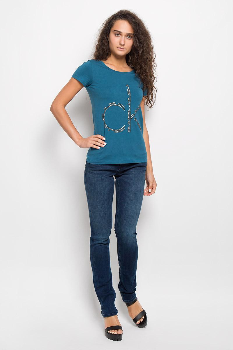 Футболка женская Calvin Klein Jeans, цвет: темно-синий. J20J200544. Размер L (48/50)J20J200544Модная женская футболка Calvin Klein Jeans изготовлена из эластичного хлопка. Материал изделия мягкий, тактильно приятный, не сковывает движения и хорошо пропускает воздух, обеспечивая комфорт при носке.Футболка с круглым вырезом горловины и короткими рукавами имеет полуприлегающий силуэт. Изделие оформлено аппликацией в виде фирменного логотипа. Сзади на плечевом шве находится принтовая надпись, содержащая название бренда. Высокое качество, актуальный дизайн и расцветка придают изделию неповторимый стиль и индивидуальность. Футболка займет достойное место в вашем гардеробе!