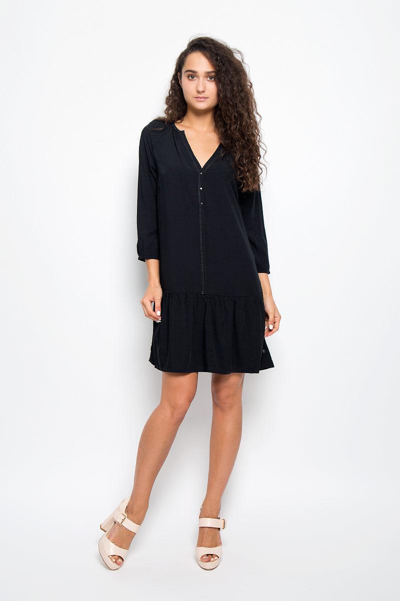 Платье Calvin Klein Jeans, цвет: черный. J20J200767. Размер XS (40)SSD1005BEЭлегантное платье Calvin Klein выполнено из высококачественной 100% вискозы. Такое платье обеспечит вам комфорт и удобство при носке и непременно вызовет восхищение у окружающих.Модель средней длины с рукавами-реглан 3/4 и V-образным вырезом горловины выгодно подчеркнет все достоинства вашей фигуры. Платье украшено имитацией пуговиц на груди. Манжеты рукавов застегиваются на пуговицы. Изысканное платье-миди создаст обворожительный и неповторимый образ.Это модное и комфортное платье станет превосходным дополнением к вашему гардеробу, оно подарит вам удобство и поможет подчеркнуть ваш вкус и неповторимый стиль.