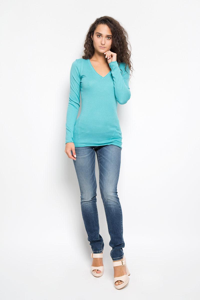 Пуловер женский Calvin Klein Jeans, цвет: бирюзовый. J20J200123. Размер M (44/46)1888100520Женский пуловер Calvin Klein Jeans выполнен из натурального хлопка. Материал изделия мягкий и приятный на ощупь, не стесняет движений и позволяет коже дышать, обеспечивая комфорт при носке. Удлиненная модель с V-образным вырезом горловины и длинными рукавами украшена на груди небольшим вышитым логотипом бренда. Вырез горловины, рукава и низ изделия имеют закрученные края.Современный дизайн и расцветка делают этот пуловер модным и стильным предметом женской одежды, в нем вы всегда будете чувствовать себя уютно и комфортно.
