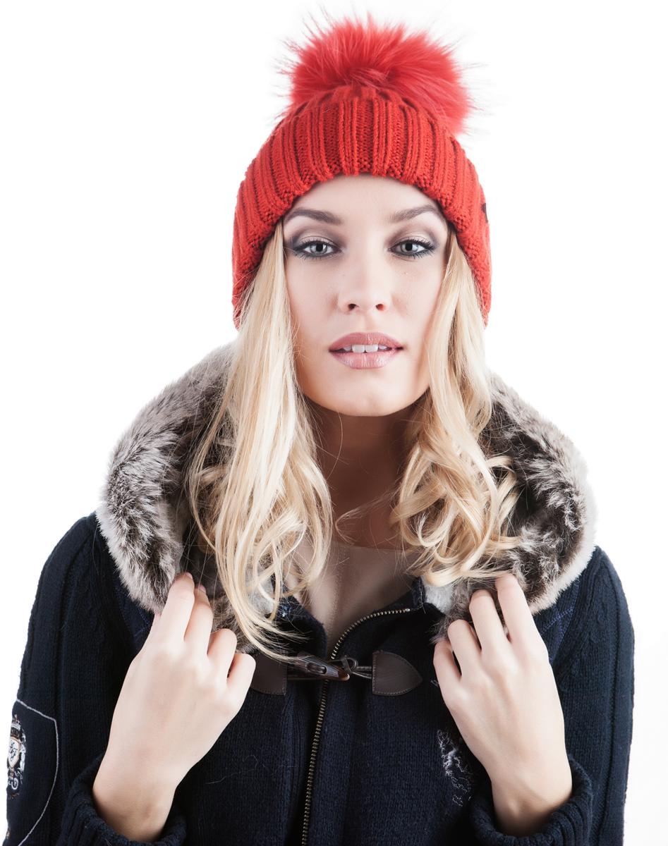 Шапка женская Avanta Cosma, цвет: красный. 991468. Размер 56/58991468Женская шапка Avanta Cosma выполнена из шерсти с добавлением полиэстера. Модель с отворотом дополнена натуральным меховым помпоном и не большой металлической пластиной с логотипом бренда.