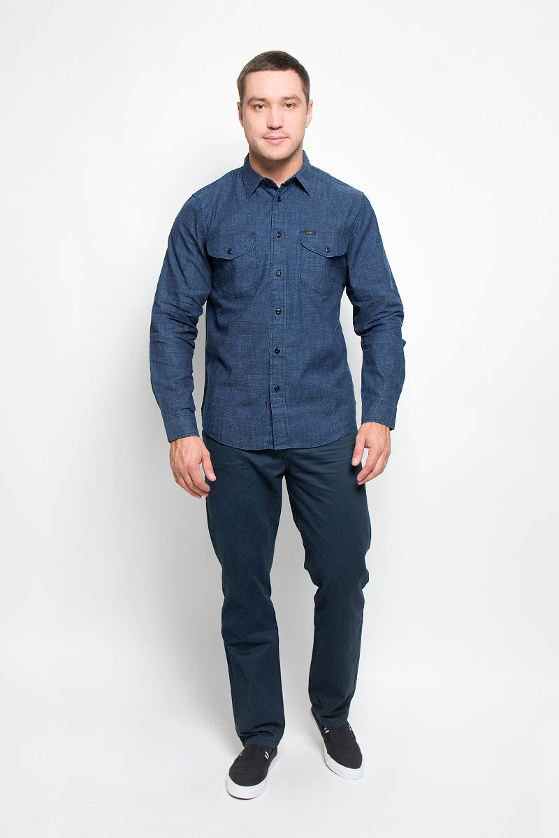 Рубашка мужская Lee, цвет: темно-синий джинс. L866MD13. Размер M (48)L866MD13Мужская рубашка Lee, выполненная из натурального хлопка, идеально дополнит ваш образ. Материал плотный, тактильно приятный, не стесняет движений и позволяет коже дышать, обеспечивая комфорт при носке.Рубашка прямого кроя с отложным воротником и длинными рукавами застегивается на пуговицы по всей длине. Манжеты также имеют застежки-пуговицы. На груди модель дополнена двумя накладными карманами с клапанами на пуговицах. Изделие украшено фирменными нашивками.Такая модель будет дарить вам комфорт в течение всего дня и станет стильным дополнением к вашему гардеробу.