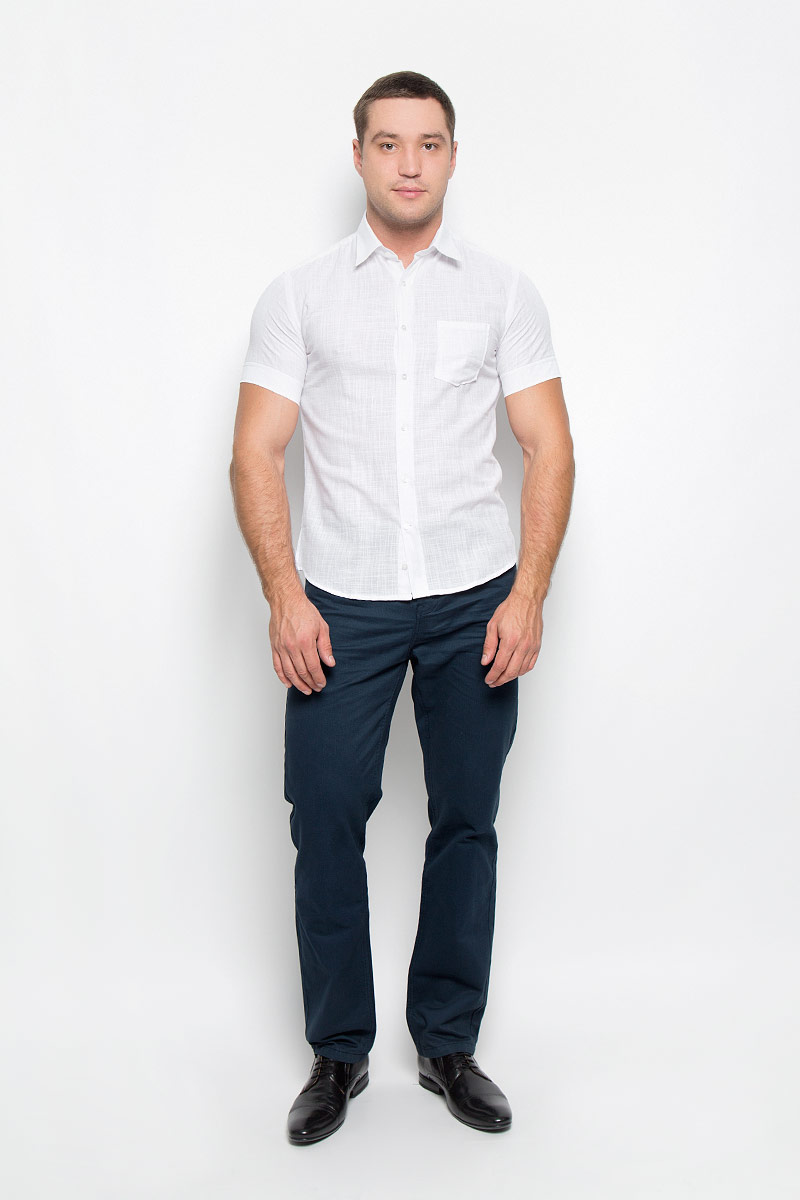 Рубашка мужская BTC, цвет: белый. 12.016281. Размер 48-17612.016281Мужская рубашка BTC выполнена из натурального хлопка. Материал изделия легкий, мягкий и приятный на ощупь, не стесняет движений и позволяет коже дышать, обеспечивая комфорт при носке. Рубашка слегка приталенного кроя с отложным воротником и короткими рукавами застегивается спереди на пуговицы. На груди расположен накладной карман.Рубашка станет стильным дополнением к вашему гардеробу!