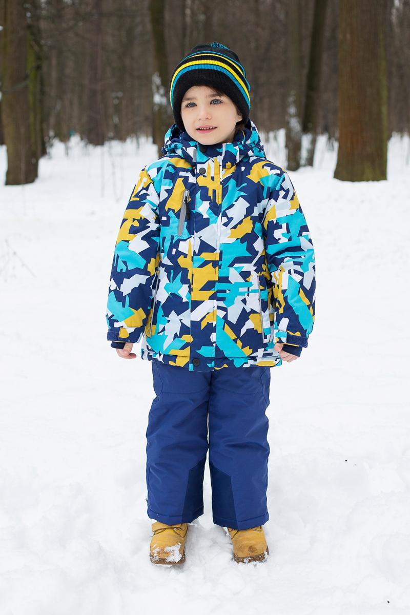 Комплект для мальчика Sweet Berry: куртка, брюки, цвет: темно-синий, голубой, желтый. 186355. Размер 92186355Комплект одежды для мальчика Sweet Berry состоит из куртки и брюк. Комплект изготовлен из водонепроницаемого, дышащего и ветрозащитного материала. Куртка с воротником-стойка и съемным капюшоном застегивается на застежку-молнию и дополнительно на ветрозащитный клапан с кнопками и липучками. Капюшон, дополненный эластичным шнурком со стопперами, крепится в куртке с помощью застежки-молнии и кнопок. Низ рукавов с внутренней стороны дополнен эластичными напульсниками с отверстиями для больших пальцев, которые предотвращают проникновение снега и ветра. Спереди модель дополнена двумя прорезными карманами и одним на застежке-молнии. С внутренней стороны куртка дополнена снегозащитной юбкой. Брюки застегиваются на застежку-молнию и кнопку. Изделие дополнено эластичными наплечными лямками регулируемыми по длине. Спереди находятся два втачных кармана на застежках-молниях. Снизу брючин предусмотрены внутренние манжеты с прорезиненными полосками, препятствующие попаданию снега и холодного воздуха, а также застежки-молнии по бокам. Светоотражающие элементы увеличивают безопасность вашего ребенка в темное время суток.