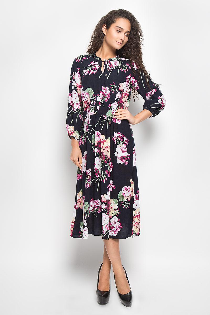 Платье Baon, цвет: темно-синий. B437. Размер S (44)B437_Dark Navy PrintedМодное платье Baon поможет создать отличный современный образ. Модель, изготовленная из вискозы, оформлена цветочным принтом. Платье-миди А-силуэта с круглым вырезом горловины и рукавами-реглан 7/8 покорит вас с первого взгляда. Застегивается модель на застежку-молнию, которая расположена на одной из боковых сторон. Вырез горловины дополнен завязками с металлическими элементами.Такое платье станет стильным дополнением к вашему гардеробу, оно подарит вам комфорт в течение всего дня!