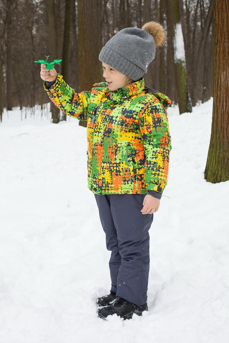 Комплект для мальчика Sweet Berry: куртка, полукомбинезон, цвет: серый, яркий зеленый, оранжевый. 186356. Размер 92186356Теплый комплект для мальчика Sweet Berry, идеально подойдет вашему ребенку в холодное время года. Комплект состоит из куртки и полукомбинезона, изготовленных из водоотталкивающей ткани с утеплителем из синтепона. Куртка застегивается на застежку-молнию и дополнительно ветрозащитным клапаном на липучки и кнопки. Модель с отстегивающимся капюшоном, который регулируется скрытой эластичной резинкой со стопперами. Рукава дополнены эластичными резинками и хлястиками с липучками. Спереди имеются два кармана и один на застежке-молнии. Оформлена курточка ярким интересным принтом. Полукомбинезон с небольшой грудкой застегивается на пластиковую застежку-молнию и имеет наплечные эластичные лямки, регулируемые по длине. На талии предусмотрена широкая эластичная резинка, которая позволяет надежно заправить рубашку, водолазку или свитер. Полукомбинезон дополнен двумя втачными карманами на липучках. Так же куртка дополнена светоотражающими элементами. Комфортный, удобный и практичный комплект идеально подойдет для прогулок и игр на свежем воздухе!
