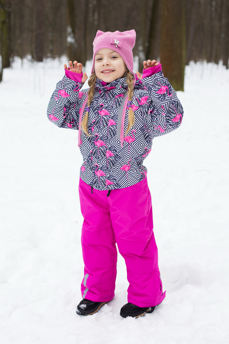 Комбинезон для девочки Sweet Berry, цвет: фуксия, серый, белый. 205551. Размер 128205551Теплый комбинезон для девочки Sweet Berry идеально подойдет для ребенка в холодное время года. Модель изготовлена из водоотталкивающей и ветрозащитной ткани. В качестве утеплителя используется полиэстер. Комбинированная подкладка выполнена из полиэстера, содержит мягкие флисовые вставки. Комбинезон с капюшоном, воротником-стойкой и цельнокроеными рукавами застегивается на пластиковую молнию и дополнительно ветрозащитным клапаном на липучки. Рукава дополнены трикотажными манжетами, которые не позволяют просачиваться холодному воздуху. На талии предусмотрена вшитая широкая эластичная резинка. Снизу брючин предусмотрены застежки-молнии и хлястики с липучками. Модель дополнена двумя карманами на застежках-молниях. Комбинезон снабжен светоотражающими деталями для безопасности ребенка в темное время суток.