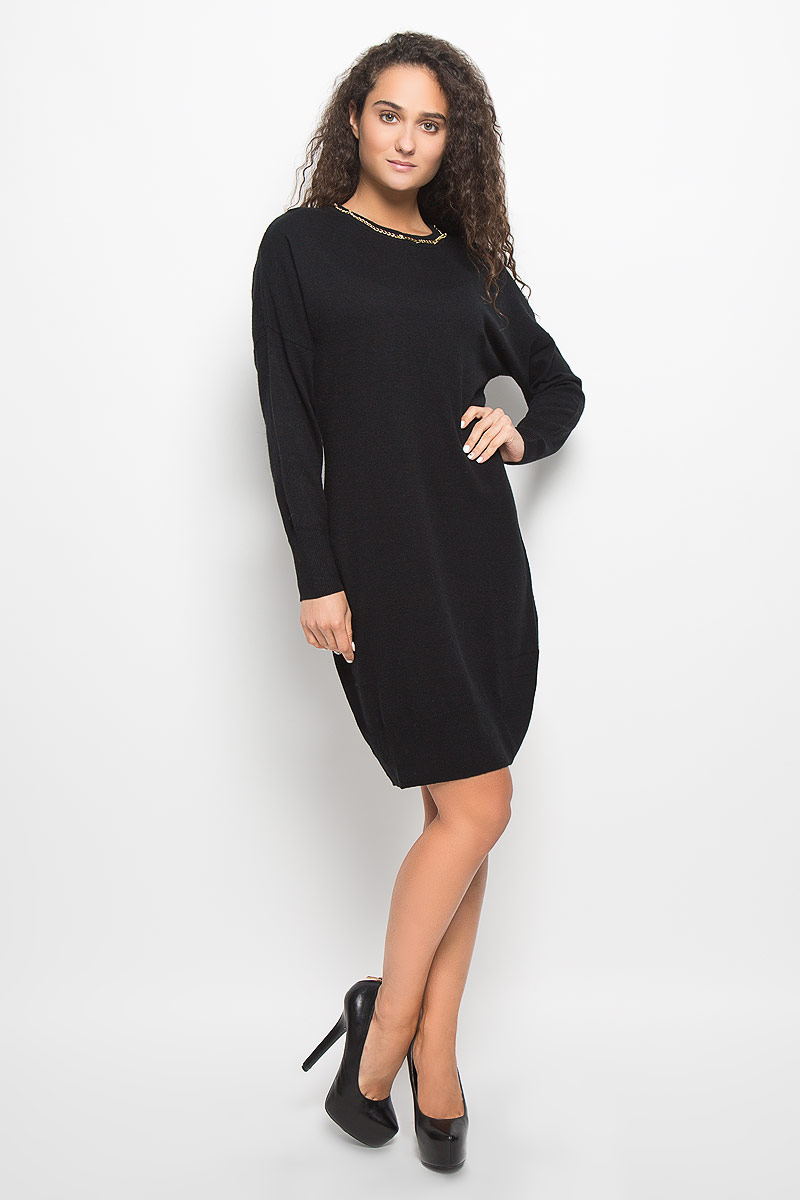 Платье Baon, цвет: черный. B452. Размер L (48)B452_BlackМодное платье Baon поможет создать отличный современный образ в стиле Casual. Модель, изготовленная из вискозы и полиэстера с добавлением полиамида и ангоры, очень мягкая и тактильно приятная, не сковывает движения. Платье-миди с круглым вырезом горловины и длинными рукавами-кимоно выполнено в лаконичном стиле. Горловина, манжеты рукавов и низ платья связаны резинкой. Вырез горловины оформлен металлической цепочкой.Такое платье станет стильным дополнением к вашему гардеробу, оно подарит вам комфорт в течение всего дня!