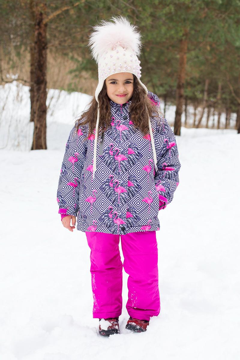 Комплект для девочки Sweet Berry: куртка, брюки, цвет: фуксия, серый, белый. 205557. Размер 134205557Комплект одежды для девочки Sweet Berry состоит из куртки и брюк. Комплект изготовлен из водонепроницаемого, дышащего и ветрозащитного материала. Куртка с воротником-стойка и съемным капюшоном застегивается на застежку-молнию и дополнительно на ветрозащитный клапан с кнопками и липучками. Капюшон, дополненный эластичным шнурком со стопперами, крепится в куртке с помощью застежки-молнии и кнопок. Низ рукавов дополнен эластичными манжетами и хлястиками с липучками. Спереди модель дополнена двумя прорезными карманами и одним на застежке-молнии. Брюки застегиваются на застежку-молнию и кнопку. Изделие дополнено эластичными наплечными лямками, регулируемыми по длине. Спереди находятся два втачных кармана на липучках. Снизу брючин предусмотрены застежки-молнии и хлястики с липучками. Светоотражающие элементы увеличивают безопасность вашего ребенка в темное время суток.