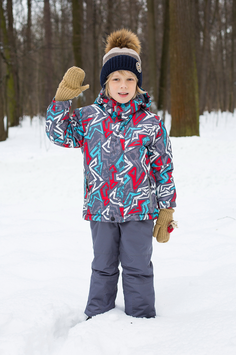 Комплект для мальчика Sweet Berry: куртка, брюки, цвет: серый, красный, голубой. 206406. Размер 92206406Комплект одежды для мальчика Sweet Berry состоит из куртки и брюк. Комплект изготовлен из водонепроницаемого, дышащего и ветрозащитного материала. Куртка с воротником-стойка и съемным капюшоном застегивается на застежку-молнию и дополнительно на ветрозащитный клапан с кнопками и липучками. Капюшон, дополненный эластичным шнурком со стопперами, крепится в куртке с помощью застежки-молнии и кнопок. Низ рукавов дополнен эластичными манжетами. Спереди модель дополнена двумя карманами на застежках-молниях. Брюки застегиваются на застежку-молнию и кнопку. Изделие дополнено эластичными наплечными лямками, регулируемыми по длине. Спереди находятся два втачных кармана на липучках. Снизу брючин предусмотрены хлястики с липучками. Светоотражающие элементы увеличивают безопасность вашего ребенка в темное время суток.