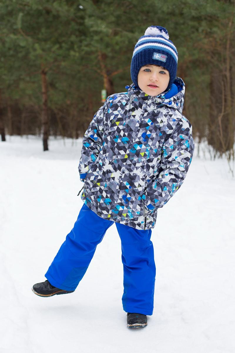 Комплект одежды для мальчика Sweet Berry: куртка, брюки, цвет: черный, серый, синий. 206408. Размер 92, 2 года206408Комплект одежды для мальчика Sweet Berry состоит из куртки и брюк. Комплект изготовлен из водонепроницаемого, дышащего и ветрозащитного материала. Пропитка материала предотвращает проникновение воды и грязи. В качестве наполнителя используется утеплитель нового поколения, который надежно сохраняет тепло.Куртка с воротником-стойка и съемным капюшоном застегивается на застежку-молнию и дополнительно на ветрозащитный клапан с кнопками и липучками. Капюшон, дополненный эластичным шнурком со стопперами, крепится в куртке с помощью застежки-молнии и кнопок. Низ рукавов с внутренней стороны дополнен эластичными напульсниками с отверстиями для больших пальцев, которые предотвращают проникновение снега и ветра. Спереди модель дополнена двумя прорезными карманами на застежках-молниях, с внутренней стороны - накладным карманом. Нижняя часть куртки регулируется с помощью эластичного шнурка со стопперами. С внутренней стороны куртка дополнена снегозащитной юбкой.Брюки застегиваются на застежку-молнию и кнопку. Изделиедополнено эластичными наплечными лямками с застежками-фастекс, регулируемыми по длине. Спереди находятся два втачных кармана на липучках. Снизу брючин предусмотрены внутренние манжеты с прорезиненными полосками, препятствующие попаданию снега и холодного воздуха. Брюки имеют эластичный пояс на талии.Светоотражающие элементы увеличивают безопасность вашего ребенка в темное время суток.