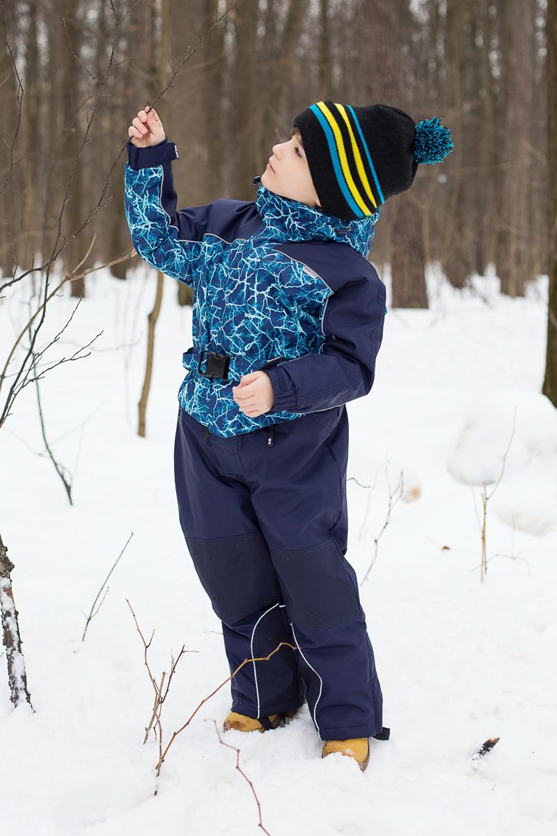 Комбинезон для мальчика Sweet Berry, цвет: темно-синий, голубой, синий. 206411. Размер 128206411Теплый комбинезон для мальчика Sweet Berry идеально подойдет для ребенка в холодное время года. Модель изготовлена из водоотталкивающей и ветрозащитной ткани. В качестве утеплителя используется полиэстер. Комбинированная подкладка выполнена из полиэстера, содержит мягкие флисовые вставки. Комбинезон с капюшоном, воротником-стойкой и цельнокроеными рукавами застегивается на пластиковую молнию и дополнительно ветрозащитным клапаном на липучки. Низ рукавов собран на эластичные резинки, что препятствует проникновению холодного воздуха. На талии предусмотрен ремень. Снизу брючин предусмотрены застежки-молнии и хлястики с липучками. Модель дополнена двумя карманами на застежках-молниях. Комбинезон снабжен светоотражающими деталями для безопасности ребенка в темное время суток.