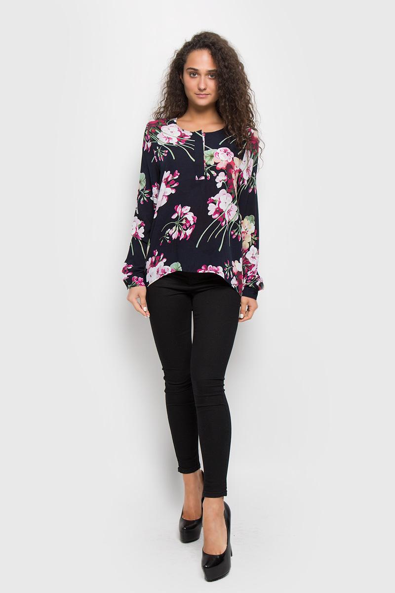 Блузка женская Baon, цвет: темно-синий, розовый. B176525. Размер M (46)B176525_Dark Navy PrintedСтильная женская блуза Baon, выполненная из вискозы, подчеркнет ваш уникальный стиль и поможет создать оригинальный женственный образ.Блузка с удлиненной спинкой, длинными рукавами и круглым вырезом горловины застегивается на пуговицы на груди. Манжеты рукавов также застегиваются на пуговицы. Модель украшена красочным цветочным принтом. Эта блузка будет дарить вам комфорт в течение всего дня и послужит замечательным дополнением к вашему гардеробу.