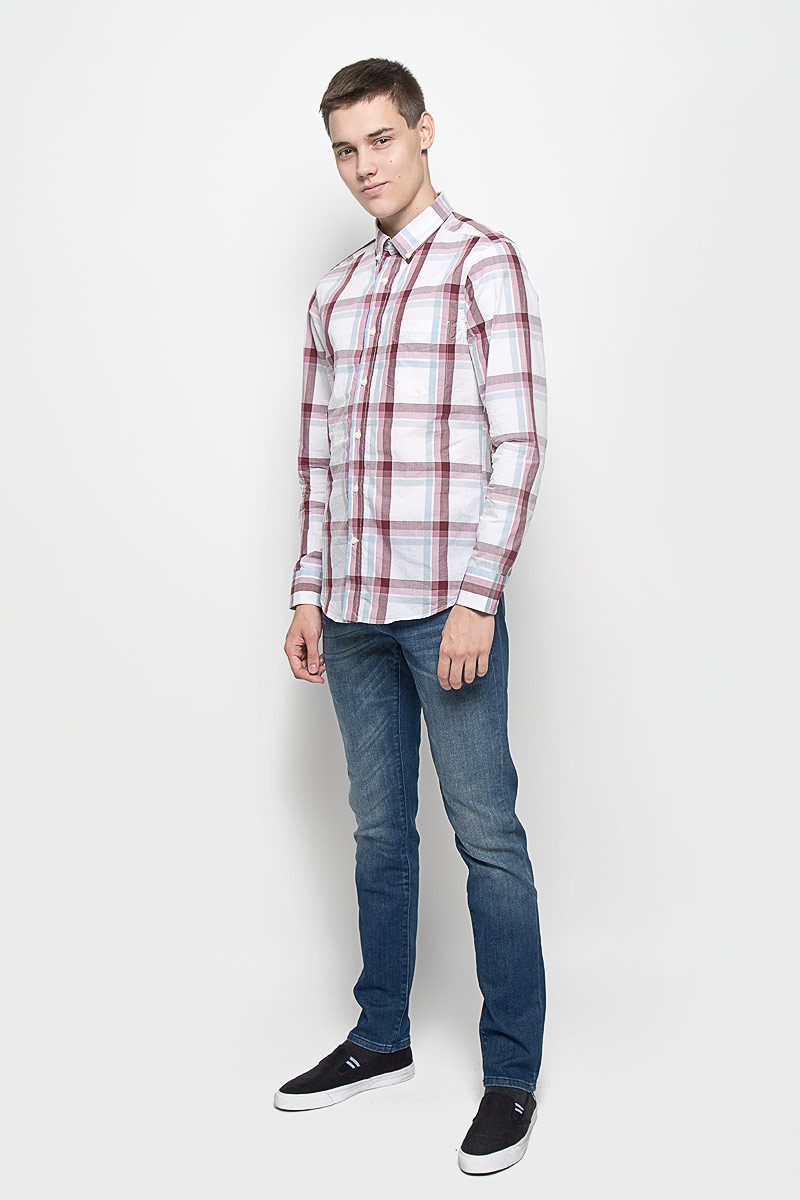 Рубашка мужская Mexx, цвет: белый, бордовый, голубой. MX3020029. Размер L (52)MX3020029Стильная мужская рубашка Mexx изготовлена из хлопка. Материал изделия мягкий и приятный на ощупь, не сковывает движения и позволяет коже дышать. Рубашка с отложным воротником и длинными рукавами застегивается на пуговицы по всей длине. На манжетах и воротнике предусмотрены застежки-пуговицы. На груди расположен накладной карман. Оформлено изделие принтом в клетку.Эта рубашка идеальный вариант для повседневного гардероба. Такая модель порадует настоящих ценителей комфорта и практичности.