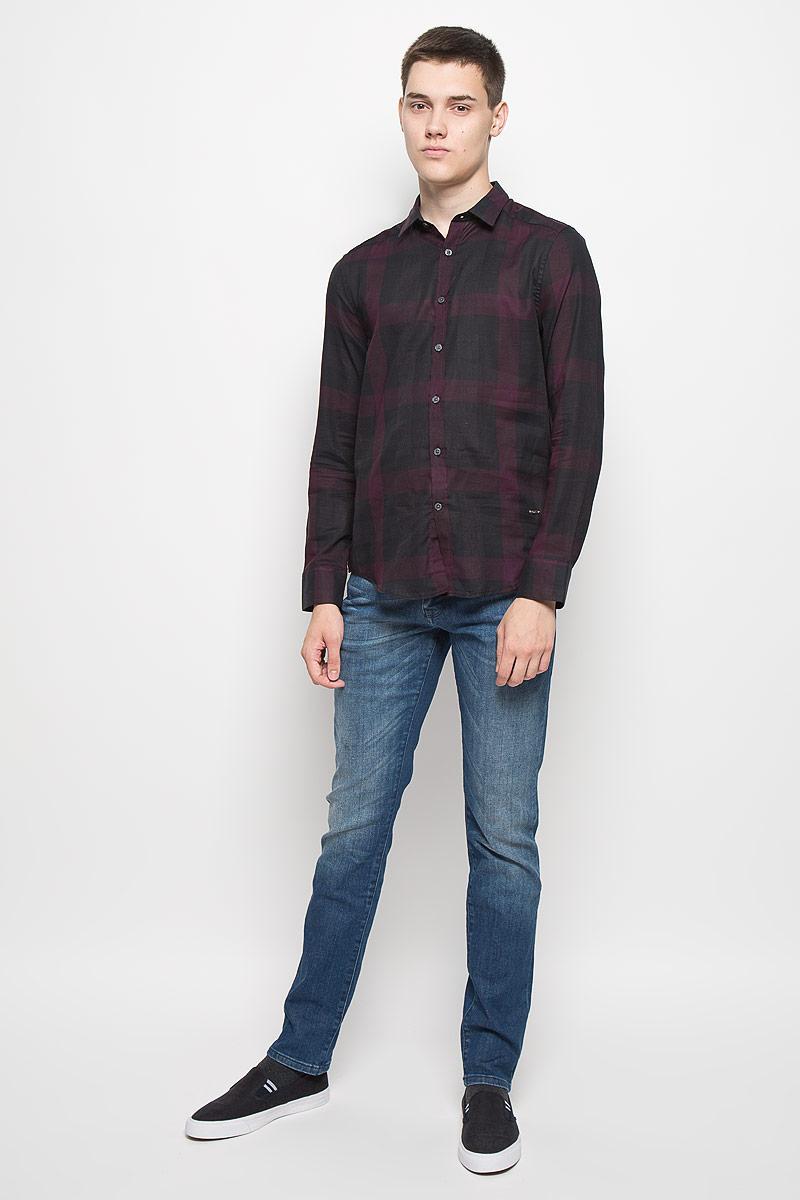 Рубашка мужская Mexx, цвет: черный, бордовый. MX3024526. Размер S (48)MX3024526Стильная мужская рубашка Mexx изготовлена из хлопка. Материал изделия легкий, мягкий и приятный на ощупь, не сковывает движения и позволяет коже дышать. Рубашка с отложным воротником и длинными рукавами застегивается на пуговицы по всей длине. На манжетах предусмотрены застежки-пуговицы. Оформлено изделие принтом в клетку, украшено небольшой металлической пластиной с логотипом бренда..Эта рубашка идеальный вариант как для повседневного гардероба, так и для вечернего. Такая модель порадует настоящих ценителей комфорта и практичности.