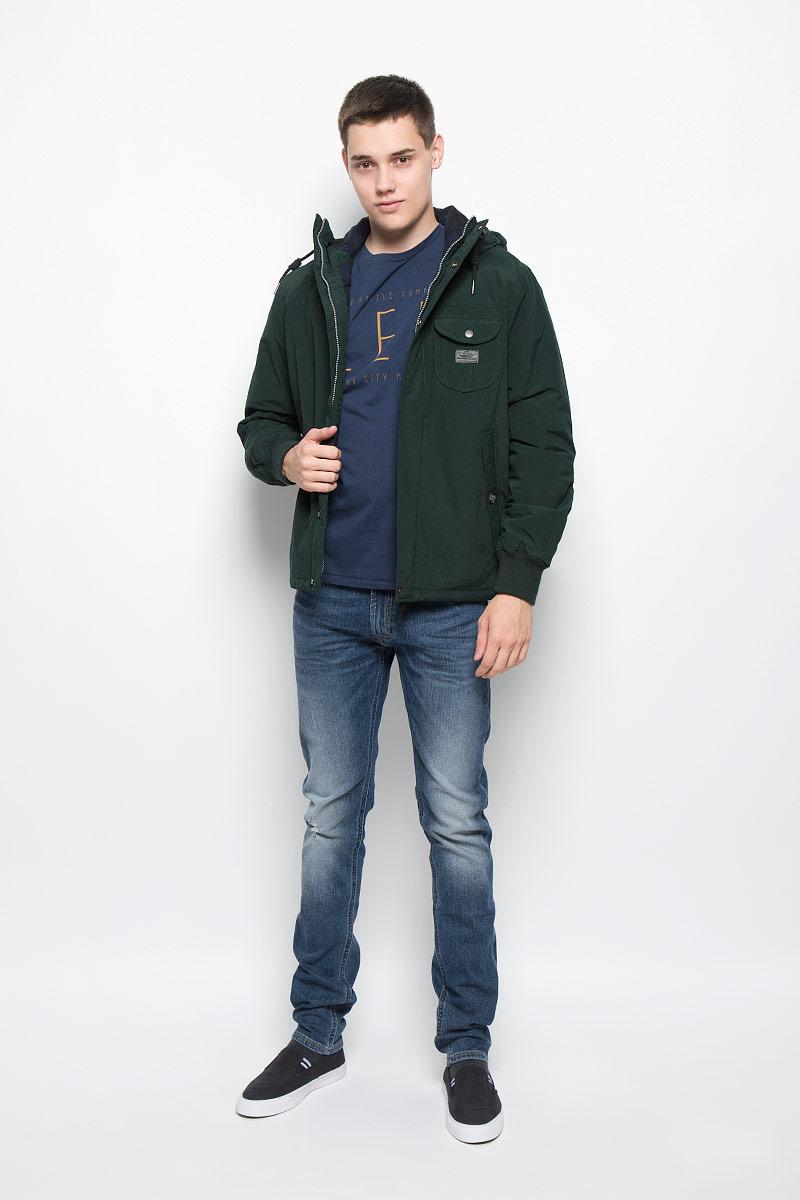 Куртка мужская Lee, цвет: зеленый. L88MWRBB. Размер S (46)L88MWRBBУтепленная мужская куртка Lee отлично подойдет для прохладной погоды.Модель выполнена из приятного материала. Свободный покрой не сковывает движений. Центральная застежка-молния дублируется ветрозащитным клапаном на кнопках. Куртка оснащена не отстегивающимся капюшоном на кулиске. Манжеты рукавов оформлены широкой резинкой, что препятствует проникновению холодного воздуха. По бокам изделия расположены два глубоких втачных кармана на пуговице, с внутренней стороны - кармашек без застежки. Такая куртка обеспечит вам не только красивый внешний вид и комфорт, но и дополнительную защиту от холода и ветра.