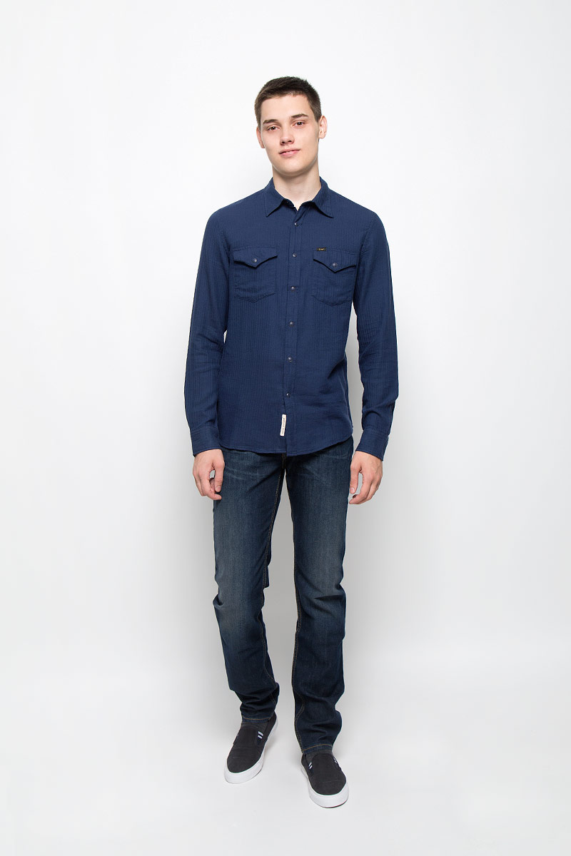 Рубашка мужская Lee, цвет: темно-синий. L644MNCF. Размер XL (52)L644MNCFМужская рубашка Lee, выполненная из натурального хлопка, идеально дополнит ваш образ. Материал мягкий и приятный на ощупь, не сковывает движения и позволяет коже дышать.Рубашка с длинными рукавами и отложным воротником застегивается на кнопки, сверху - на пуговицу. На манжетах предусмотрены застежки-пуговицы и застежки-кнопки. На груди расположены накладные карманы с клапанами на кнопках. Модель оформлена фирменными нашивками.Такая модель будет дарить вам комфорт в течение всего дня и станет стильным дополнением к вашему гардеробу.