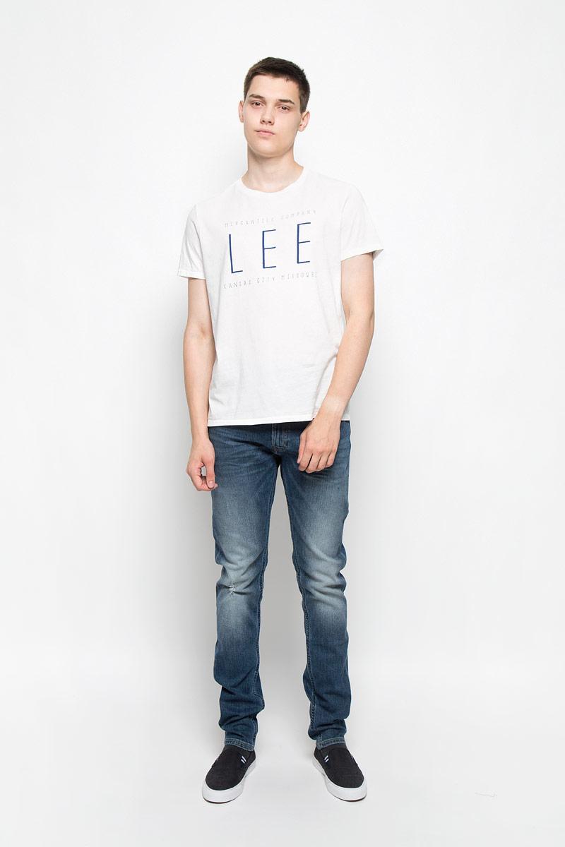 Футболка мужская Lee, цвет: белый. L65LAIHA. Размер XL (52)L65LAIHAМужская футболка Lee, выполненная из хлопка, станет стильным дополнением к вашему гардеробу. Материал изделия мягкий и приятный на ощупь, не сковывает движения и позволяет коже дышать.Футболка с круглым вырезом горловины и короткими рукавами оформлена спереди буквенным принтом. Вырез горловины оформлен трикотажной резинкой. Такая модель подарит вам комфорт в течение всего дня!