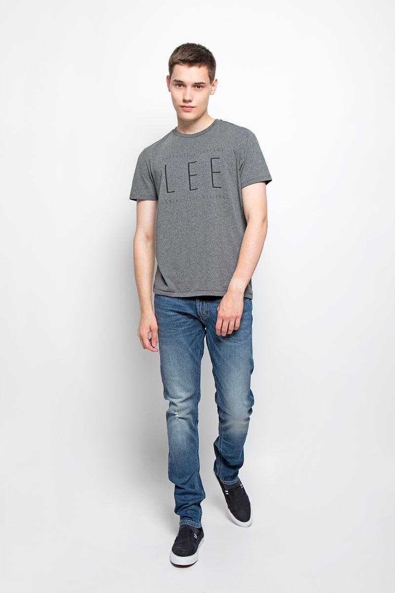 Футболка мужская Lee, цвет: темно-серый. L65LAI06. Размер L (50)L65LAI06Мужская футболка Lee, выполненная из хлопка и полиэстера, станет стильным дополнением к вашему гардеробу. Материал изделия мягкий и приятный на ощупь, не сковывает движения и позволяет коже дышать.Футболка с круглым вырезом горловины и короткими рукавами оформлена спереди буквенным принтом. Вырез горловины оформлен трикотажной резинкой. Такая модель подарит вам комфорт в течение всего дня!