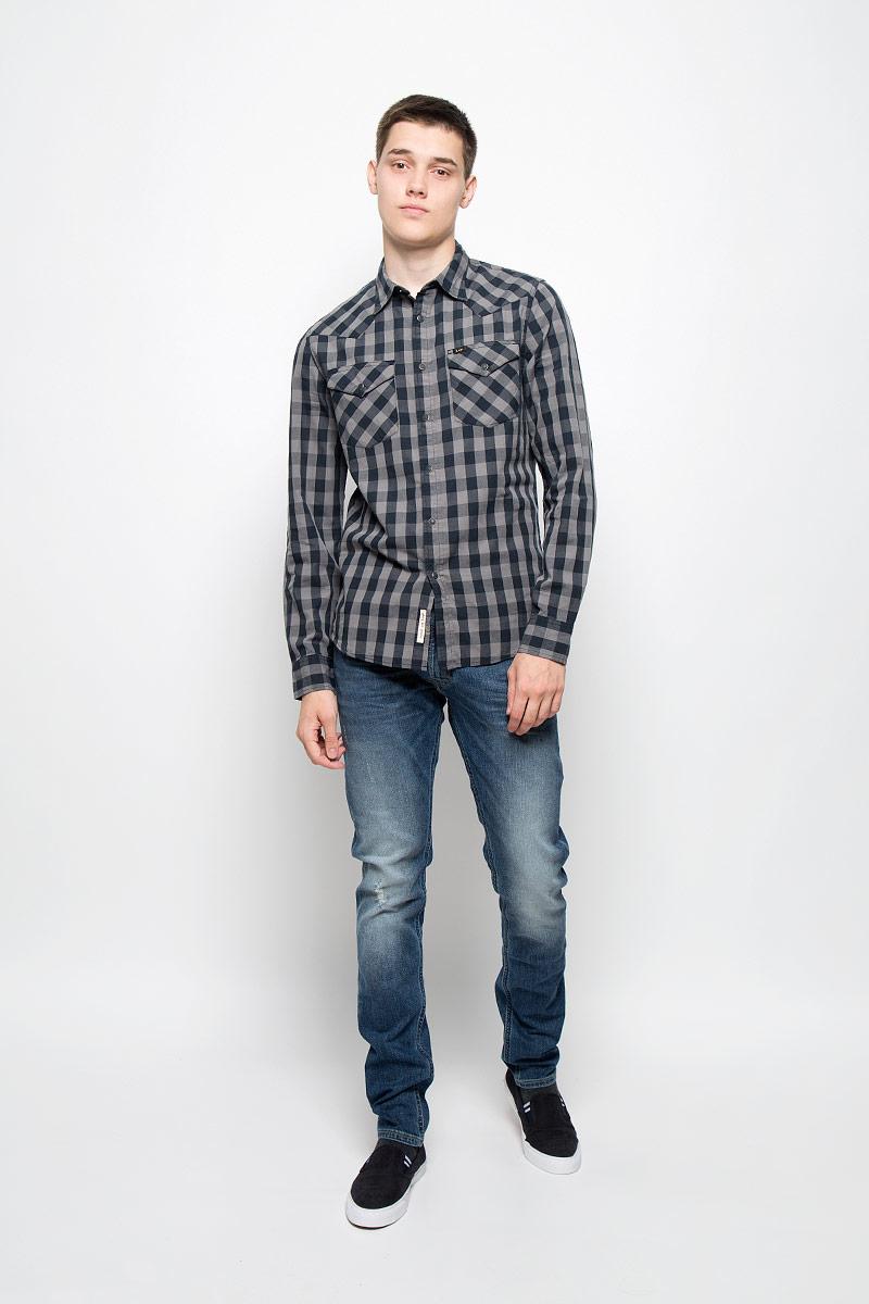 Рубашка мужская Lee, цвет: серый, черный. L643MM01. Размер M (48)L643MM01Мужская рубашка Lee, выполненная из натурального хлопка, идеально дополнит ваш образ. Материал мягкий и приятный на ощупь, не сковывает движения и позволяет коже дышать. Рубашка с длинными рукавами и отложным воротником застегивается на кнопки, сверху - на пуговицу. На манжетах предусмотрены застежки-пуговицы и застежки-кнопки. На груди расположены накладные карманы с клапанами на кнопках. Модель оформлена принтом в виде крупной клетки и фирменными нашивками. Такая модель будет дарить вам комфорт в течение всего дня и станет стильным дополнением к вашему гардеробу.