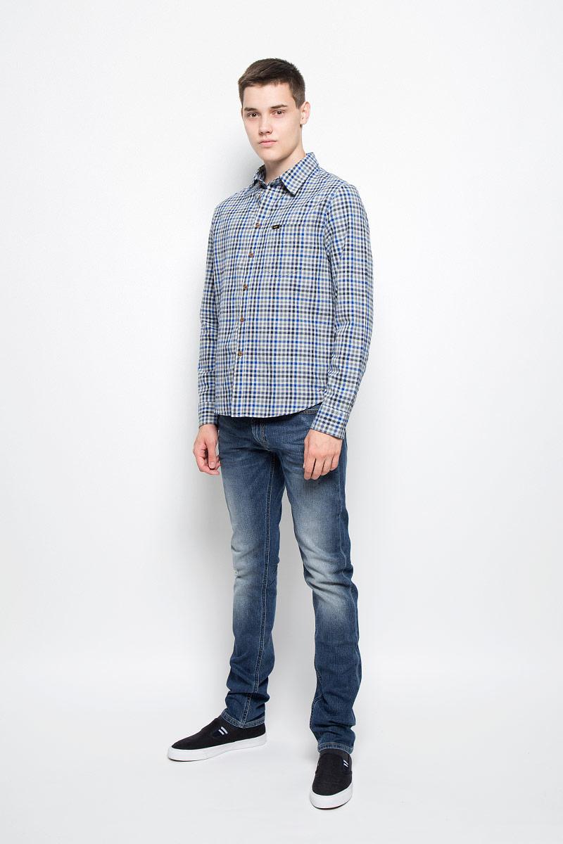 Рубашка мужская Lee, цвет: серый, синий. L876NG37. Размер XXL (54)L876NG37Мужская рубашка Lee, выполненная из натурального хлопка, идеально дополнит ваш образ. Материал мягкий и приятный на ощупь, не сковывает движения и позволяет коже дышать.Рубашка с длинными рукавами и отложным воротником застегивается на пуговицы по всей длине. На груди расположен накладной карман. Модель оформлена принтом в клетку и фирменными нашивками. На манжетах предусмотрены застежки-пуговицы.Такая модель будет дарить вам комфорт в течение всего дня и станет стильным дополнением к вашему гардеробу.