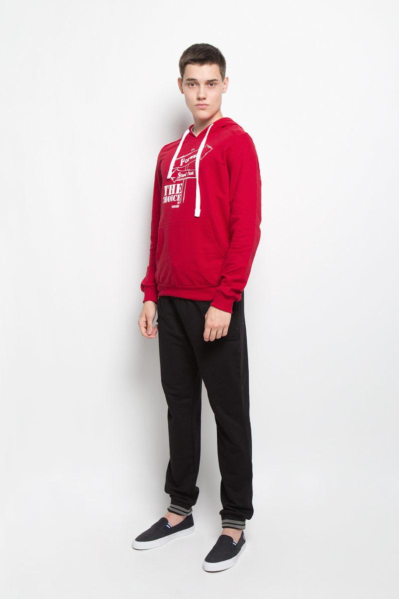 Толстовка мужская RAV, цвет: красный. RAV01-005. Размер S (46)RAV01-005Стильная мужская толстовка RAV, выполненная из хлопка с добавлением эластана, идеально подойдет для повседневной носки. Изделие тактильно приятное и не сковывает движения. Толстовка с длинными рукавами имеет капюшон, дополненный затягивающимся шнурком. Спереди расположен накладной карман-кенгуру. Края рукавов и низ изделия дополнены трикотажной резинкой. На груди модель оформлена оригинальным принтом. Современный дизайн, отличное качество и расцветка делают эту толстовку модным и стильным предметом мужской одежды. В ней вам будет тепло, уютно и комфортно!