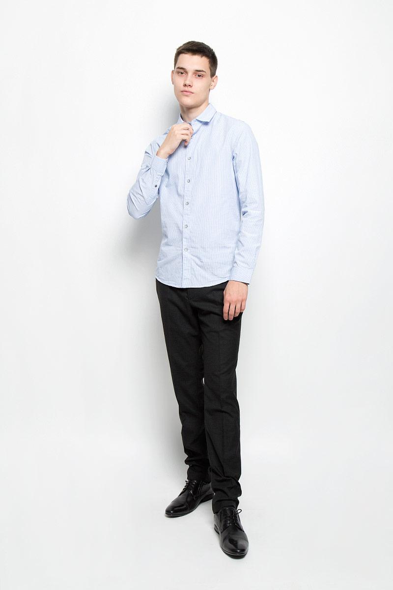 Рубашка мужская Mexx, цвет: голубой. MX3000726_MN_SHG_010. Размер S (48)MX3000726_MN_SHG_010Мужская рубашка Mexx изготовлена из натурального хлопка. Ткань изделия мягкая, тактильно приятная, не сковывает движения и позволяет коже дышать. Рубашка с отложным воротником и длинными рукавами застегивается спереди на пуговицы по всей длине. Модель имеет полуприлегающий силуэт. На манжетах предусмотрены застежки-пуговицы. Оформлена рубашка принтом в полоску. Рубашка станет стильным дополнением к вашему гардеробу!