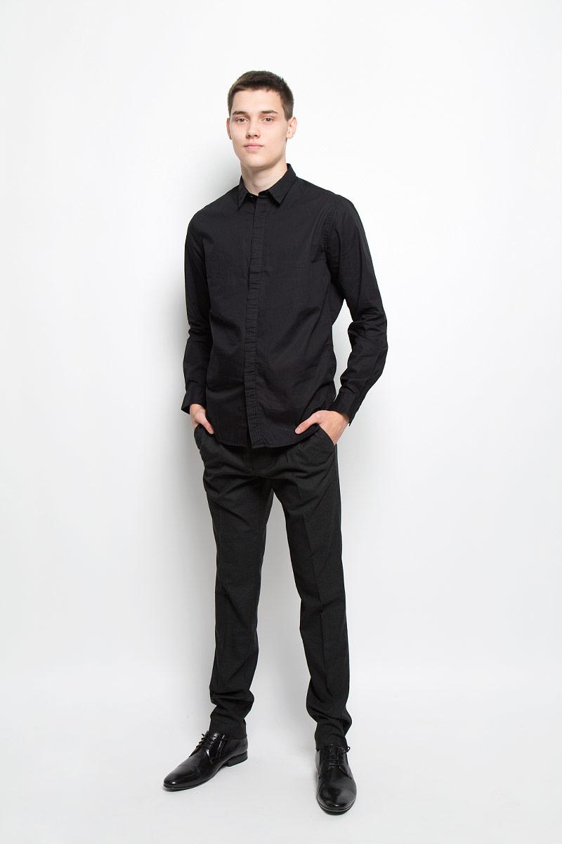 Рубашка мужская Mexx, цвет: черный. MX3000736_MN_SHG_010. Размер L (52)MX3000736_MN_SHG_010Хлопковая рубашка Mexx идеально подойдет для стильных и уверенных в себе мужчин. Материал изделия тактильно приятный, позволяет коже дышать, не стесняет движений, обеспечивая комфорт при носке. Рубашка с отложным воротником и длинными рукавами застегивается на пуговицы, скрытые за декоративной планкой. Модель имеет слегка приталенный силуэт. Манжеты на рукавах также имеют застежки-пуговицы.Такая модель займет достойное место в вашем гардеробе!