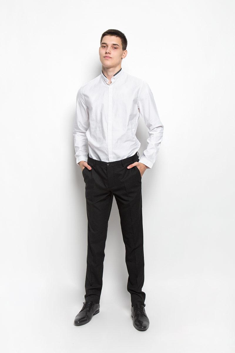 Рубашка мужская Mexx, цвет: молочный. MX3000740_MN_SHG_011. Размер M (50)MX3000740_MN_SHG_011Хлопковая рубашка Mexx идеально подойдет для стильных и уверенных в себе мужчин. Материал изделия тактильно приятный, позволяет коже дышать, не стесняет движений, обеспечивая комфорт при носке. Рубашка с воротником-стойкой и длинными рукавами застегивается на пуговицы, скрытые за планкой. Модель имеет слегка приталенный силуэт. Манжеты на рукавах также имеют застежки-пуговицы. Воротник дополнен контрастной окантовкой.Такая модель займет достойное место в вашем гардеробе!