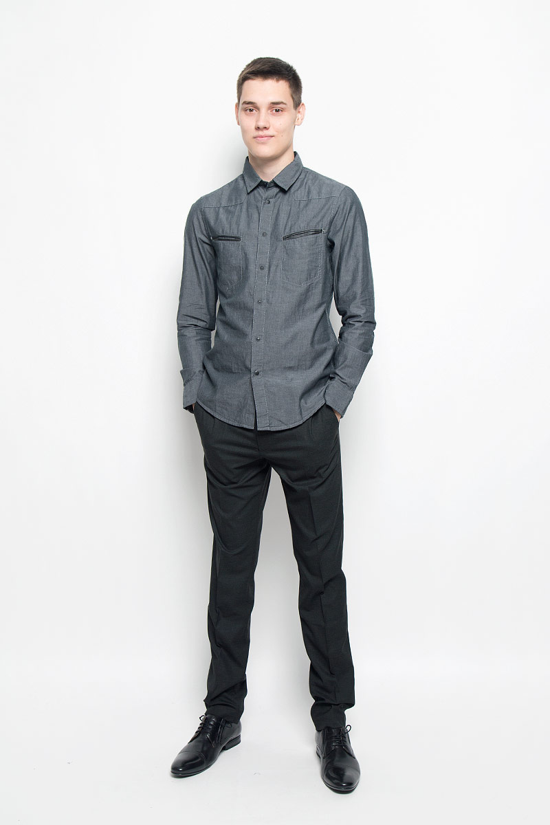 Рубашка мужская Mexx, цвет: темно-серый. MX3000720_MN_SHG_010. Размер S (48)MX3000720_MN_SHG_010Хлопковая рубашка Mexx идеально подойдет для стильных и уверенных в себе мужчин. Материал изделия тактильно приятный, позволяет коже дышать, не стесняет движений, обеспечивая комфорт при носке. Рубашка с отложным воротником и длинными рукавами застегивается на кнопки и одну пуговицу. Модель имеет слегка приталенный силуэт. Манжеты на рукавах также имеют застежки-кнопки и пуговицы. На груди расположены два прорезных кармана, края которых украшены вставками из кожи. По бокам рубашка дополнена небольшими кожаными нашивками.Такая модель займет достойное место в вашем гардеробе!