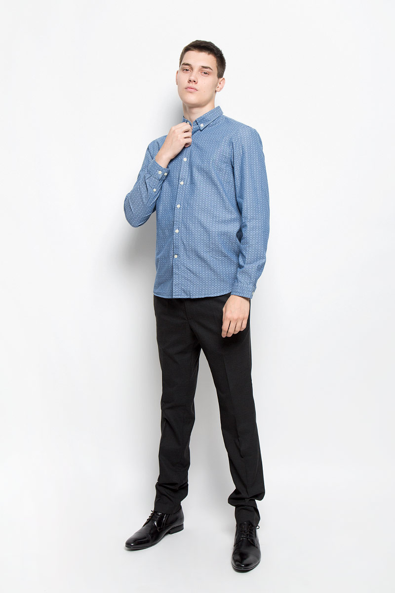 Рубашка мужская Mexx, цвет: синий. MX3000731_MN_SHG_010. Размер S (48)MX3000731_MN_SHG_010Мужская рубашка Mexx изготовлена из натурального хлопка. Ткань изделия мягкая, тактильно приятная, не сковывает движения и позволяет коже дышать. Рубашка с отложным воротником и длинными рукавами застегивается спереди на пуговицы по всей длине. На манжетах и воротнике предусмотрены застежки-пуговицы. Оформлена модель оригинальным принтом. Рубашка будет дарить вам комфорт в течение всего дня и станет стильным дополнением к вашему гардеробу!