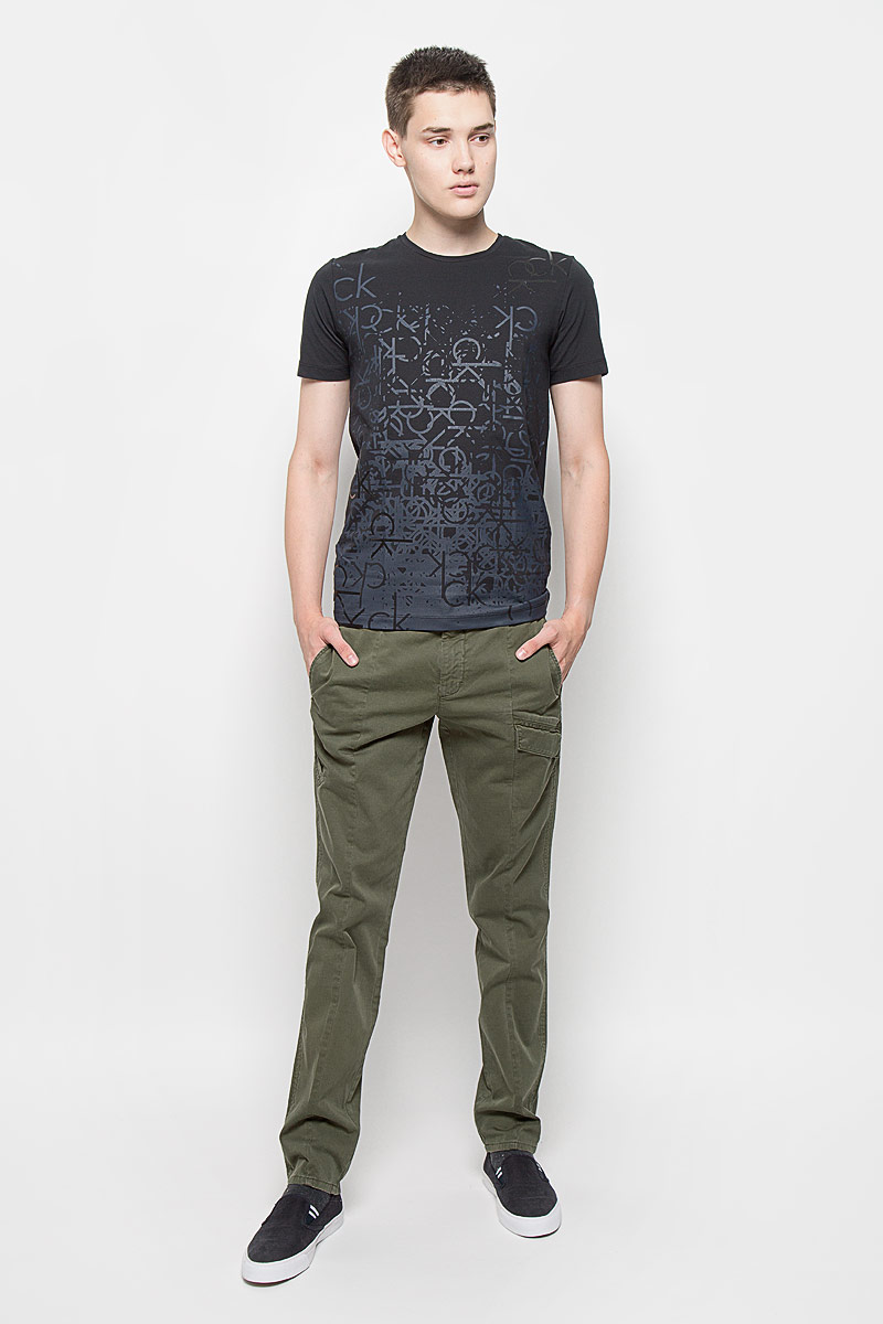 Брюки мужские Calvin Klein Jeans, цвет: хаки. J30J300518. Размер 32 (48)AY1204Стильные мужские брюки Calvin Klein Jeans, выполненные из хлопка с добавлением эластана, отлично дополнят ваш образ. Ткань изделия тактильно приятная, позволяет коже дышать.Брюки застегиваются на пуговицу и имеют ширинку на застежке-молнии. На поясе предусмотрены шлевки для ремня. Спереди модель дополнена тремя прорезными карманами, один из которых с клапаном на кнопках. Сзади расположены два прорезных кармана, один также закрывается с помощью клапана с кнопкой.Высокое качество кроя и пошива, актуальный дизайн и расцветка придают изделию неповторимый стиль и индивидуальность. Модель займет достойное место в вашем гардеробе!