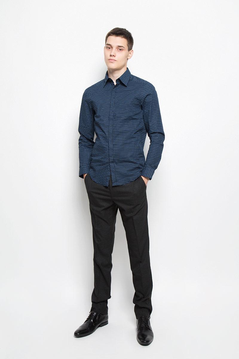 Рубашка мужская Mexx, цвет: темно-синий. MX3020043_MN_SHG_002. Размер S (48)MX3020043_MN_SHG_002Мужская рубашка Mexx подчеркнет ваш вкус и поможет создать стильный образ. Она выполнена из эластичного хлопка. Материал изделия тактильно приятный, не стесняет движений, позволяет коже дышать, обеспечивая комфорт при носке. Рубашка с отложным воротником и длинными рукавами застегивается на пуговицы, скрытые за планкой. Модель имеет слегка приталенный силуэт. На манжетах предусмотрены застежки-пуговицы. Изделие оформлено оригинальным принтом. Такая рубашка займет достойное место в вашем гардеробе!