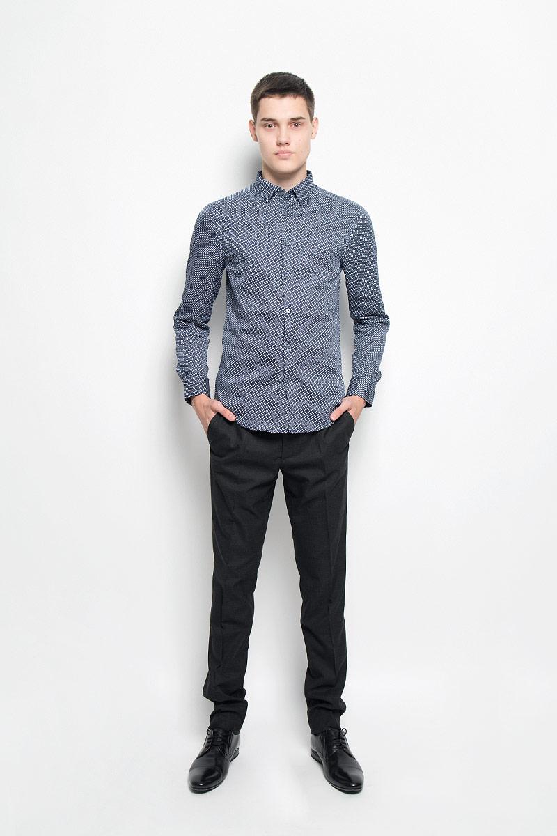 Рубашка мужская Mexx, цвет: темно-синий, белый. MX3025095_MN_SHG_007. Размер M (50)MX3025095_MN_SHG_007Мужская хлопковая рубашка Mexx подчеркнет ваш вкус и поможет создать стильный образ. Материал изделия тактильно приятный, позволяет коже дышать, не стесняет движений, обеспечивая комфорт при носке. Рубашка с отложным воротником и длинными рукавами застегивается на пуговицы по всей длине. Модель имеет слегка приталенный силуэт. На манжетах предусмотрены застежки-пуговицы. Изделие оформлено контрастным принтом. Такая рубашка займет достойное место в вашем гардеробе!