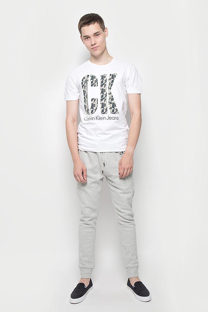 Футболка мужская Calvin Klein Jeans, цвет: белый. J30J300757. Размер L (48/50)MX3000580Мужская футболка Calvin Klein Jeans изготовлена из эластичного хлопка. Она мягкая и приятная на ощупь, не стесняет движений и хорошо пропускает воздух, обеспечивая комфорт при носке. Футболка с круглым вырезом горловины и короткими рукавами имеет прямой силуэт. Модель оформлена принтовыми надписями с элементами термоаппликации. Стильный дизайн и расцветка делают эту футболку модным предметом мужской одежды. Она поможет создать отличный современный образ!