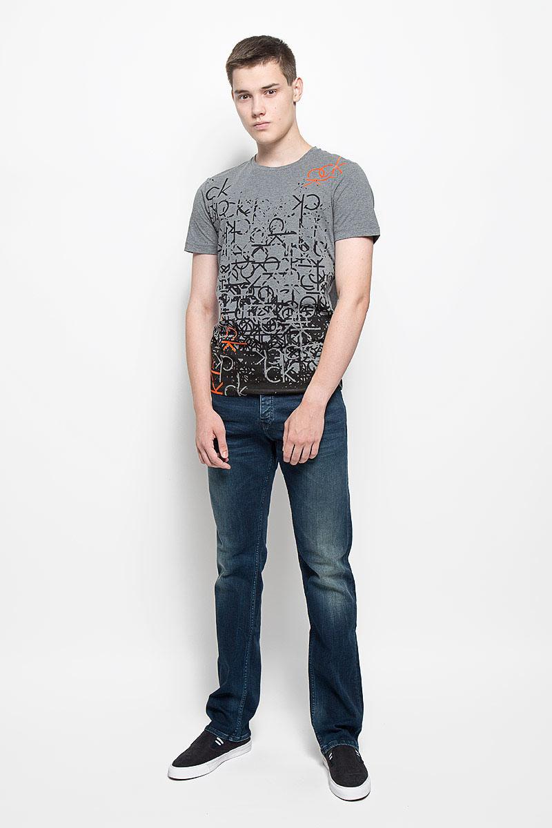 Футболка мужская Calvin Klein Jeans, цвет: серый меланж. J30J301064. Размер M (46/48)MS059Мужская футболка Calvin Klein Jeans изготовлена из эластичного хлопка. Она мягкая и приятная на ощупь, не стесняет движений и хорошо пропускает воздух, обеспечивая комфорт при носке. Футболка с круглым вырезом горловины и короткими рукавами имеет прямой силуэт. Модель оформлена принтом и термоаппликацией в виде фирменных логотипов.Стильный дизайн и расцветка делают эту футболку модным предметом мужской одежды. Она поможет создать отличный современный образ!