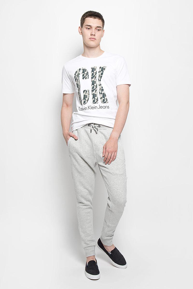 Брюки спортивные мужские Calvin Klein Jeans, цвет: светло-серый меланж. J30J300653. Размер M (48)12.019394Мужские спортивные брюки Calvin Klein Jeans идеально подойдут для активного отдыха или занятий спортом. Изготовленные из хлопка с добавлением полиэстера, они приятные на ощупь, не сковывают движения и хорошо пропускают воздух. Трикотажная часть изделия выполнена с добавлением эластана. Изнаночная сторона с мягким теплым начесом. Брюки на талии дополнены широкой эластичной резинкой и затягивающимся шнурком, что обеспечивает удобную посадку изделия на фигуре. Спереди расположены два прорезных кармана на застежках-молниях, сзади - один на кнопке. Низ брючин дополнен широкими трикотажными манжетами. Украшена модель вышитым логотипом бренда. Спортивные брюки займут достойное место в вашем гардеробе, в них вам будет удобно и комфортно!